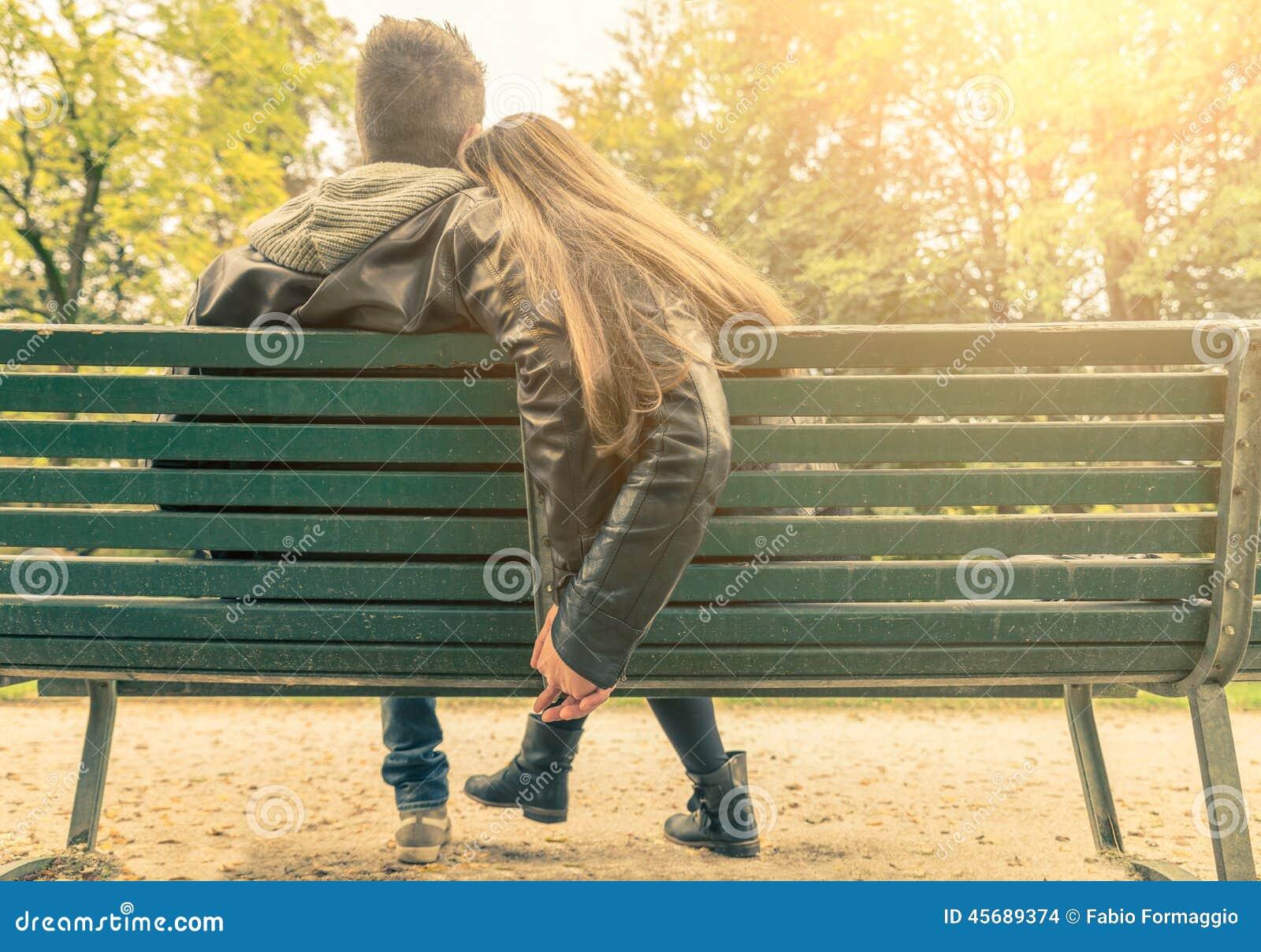 Pares en amor en un banco