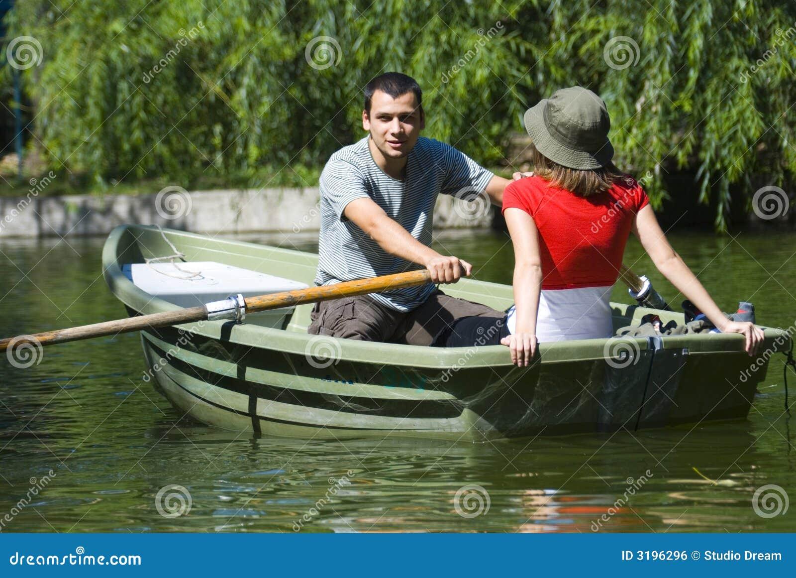Pares en bote de remos