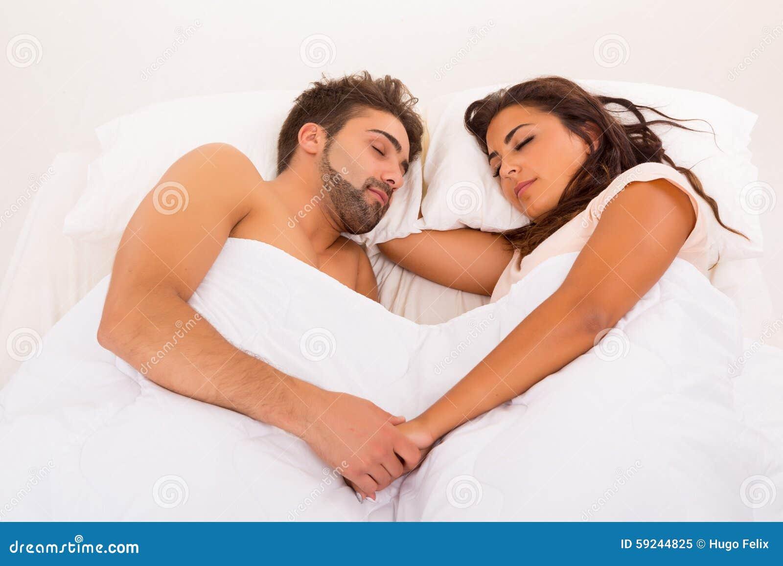 Pares en cama