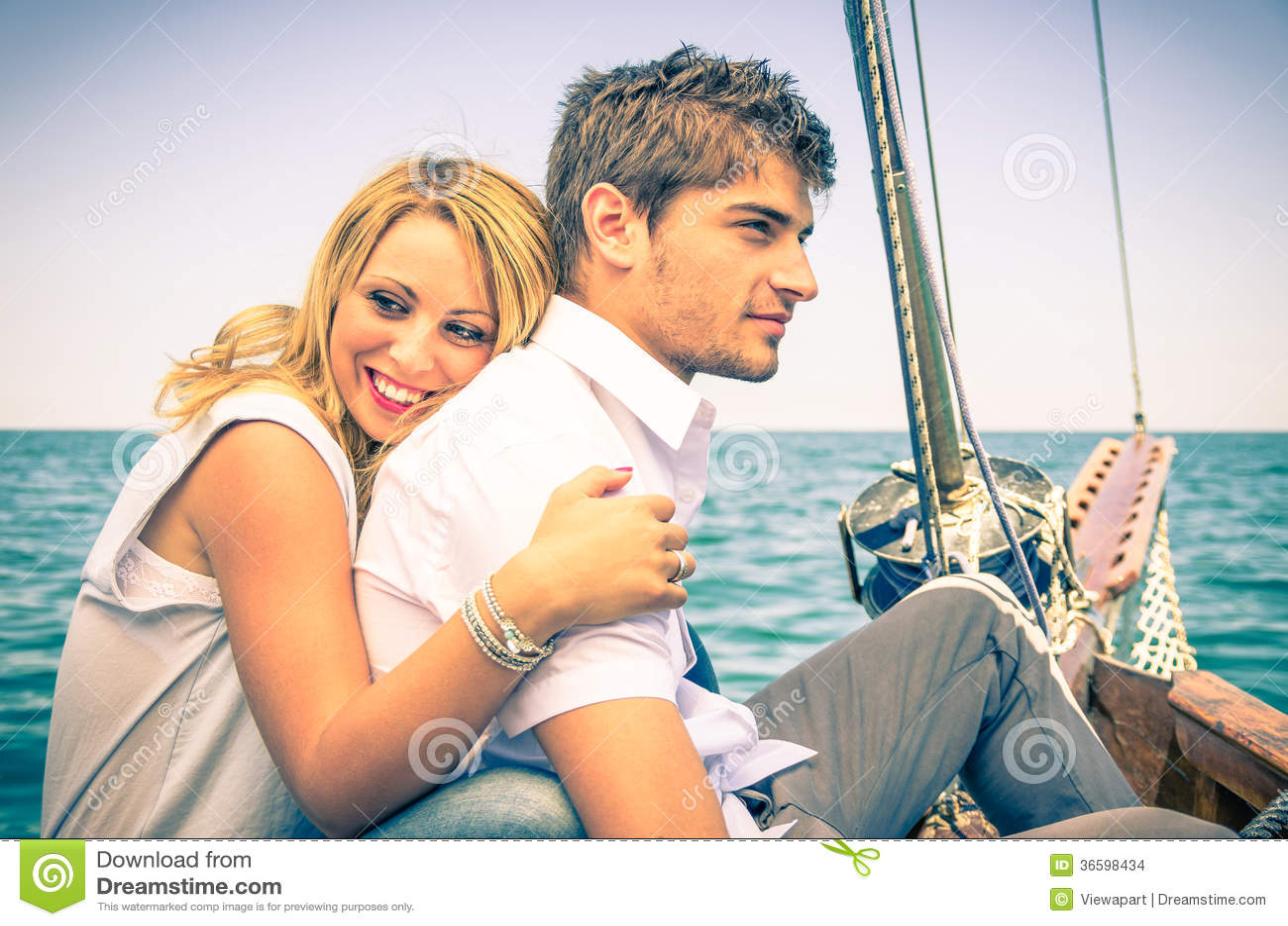 Pares en el amor - luna de miel en el barco de navegación