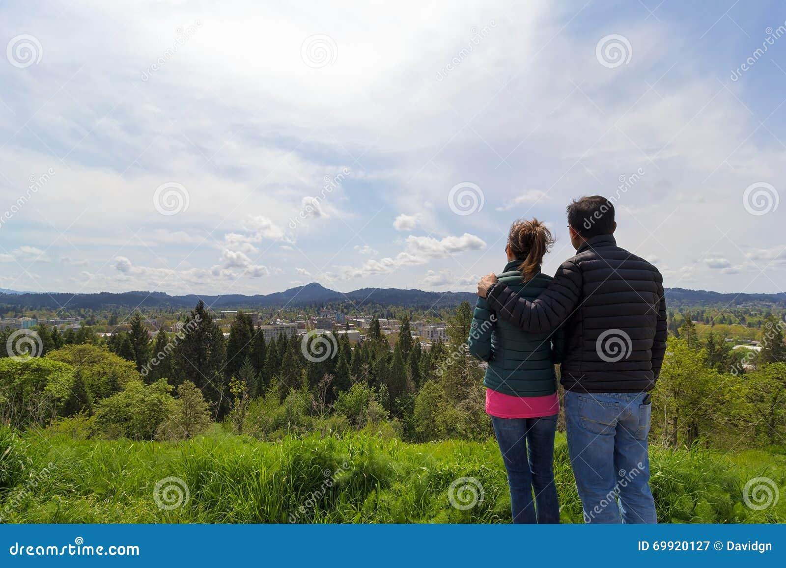 Pares en el punto de vista en Skinner Butte Park