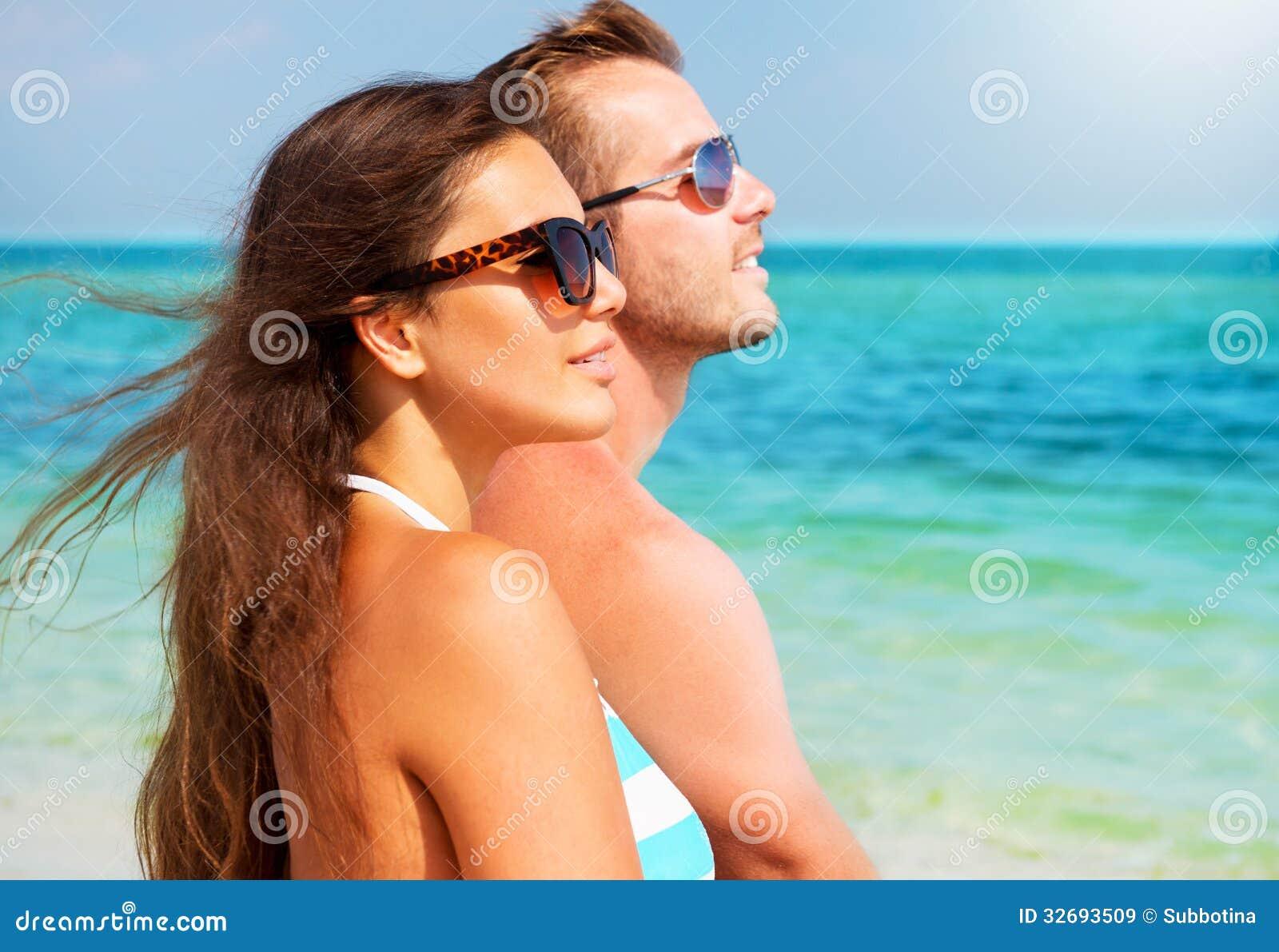 Pares en gafas de sol en la playa