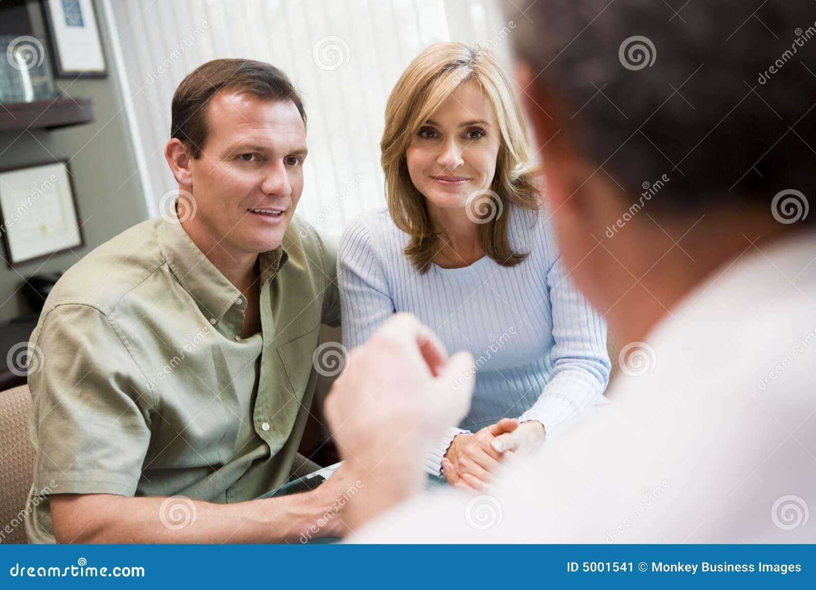 Pares en la consulta en la clínica de IVF