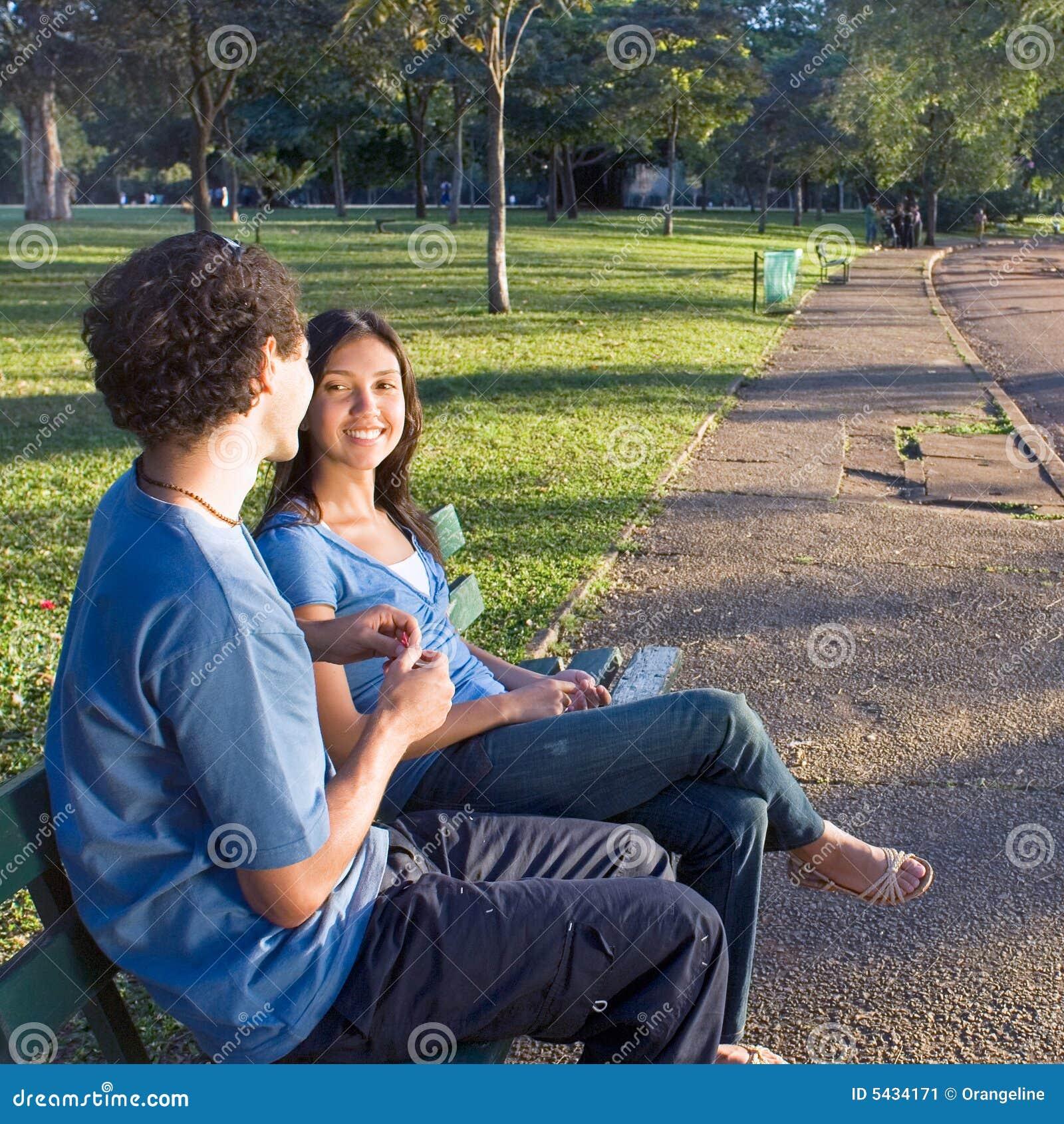 Pares en un banco de parque - horizontal