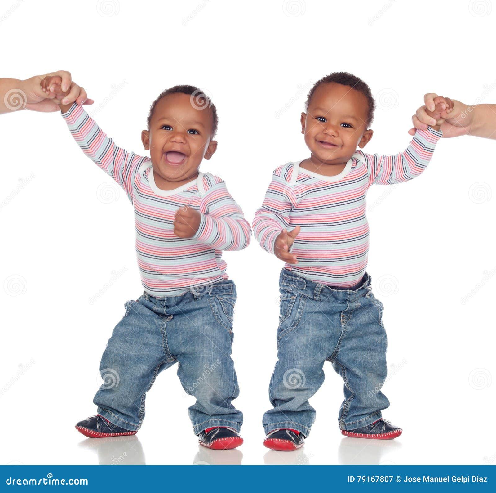 Pares engraçados de irmãos idênticos que aprendem andar
