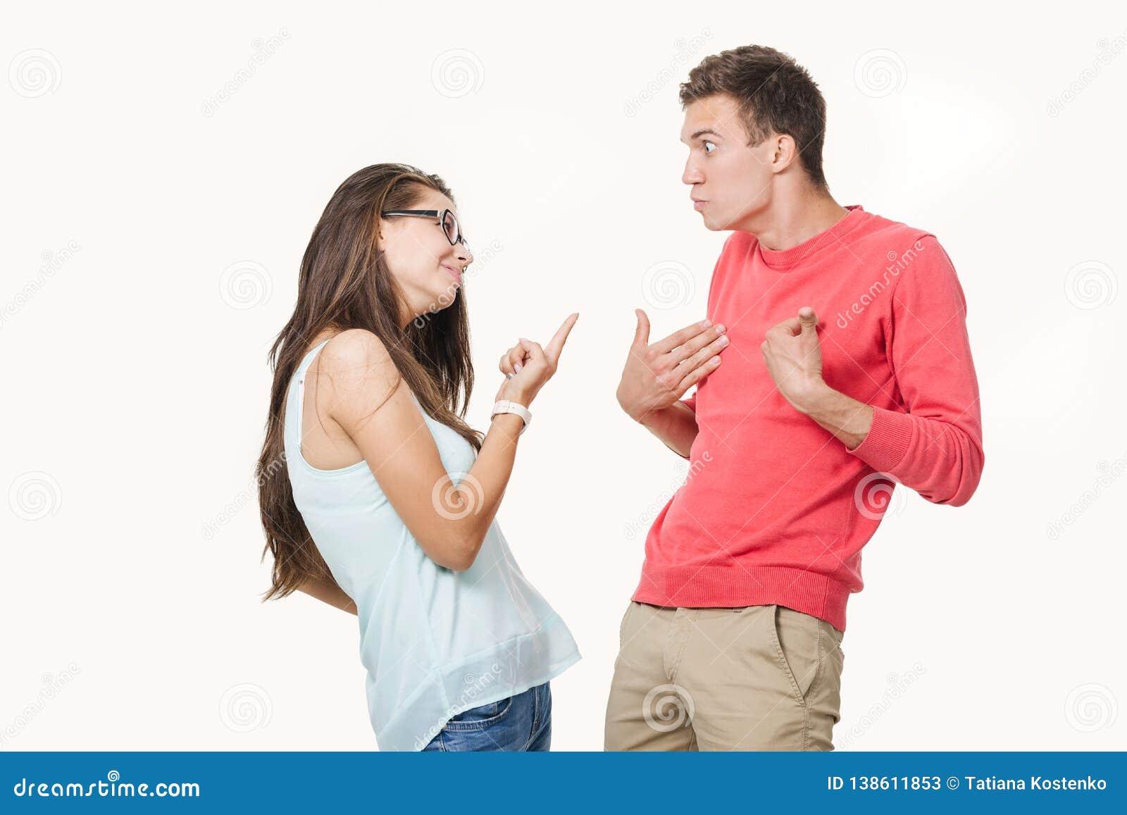 Pares enojados que discuten el griterío el uno al otro Estudio tirado en el fondo blanco Discordia en la relación divergencia