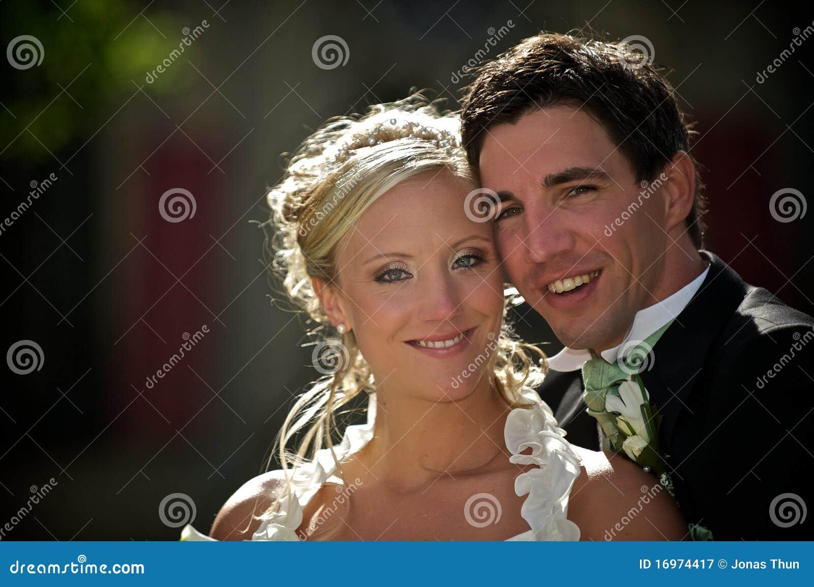 Pares ensolarados do casamento