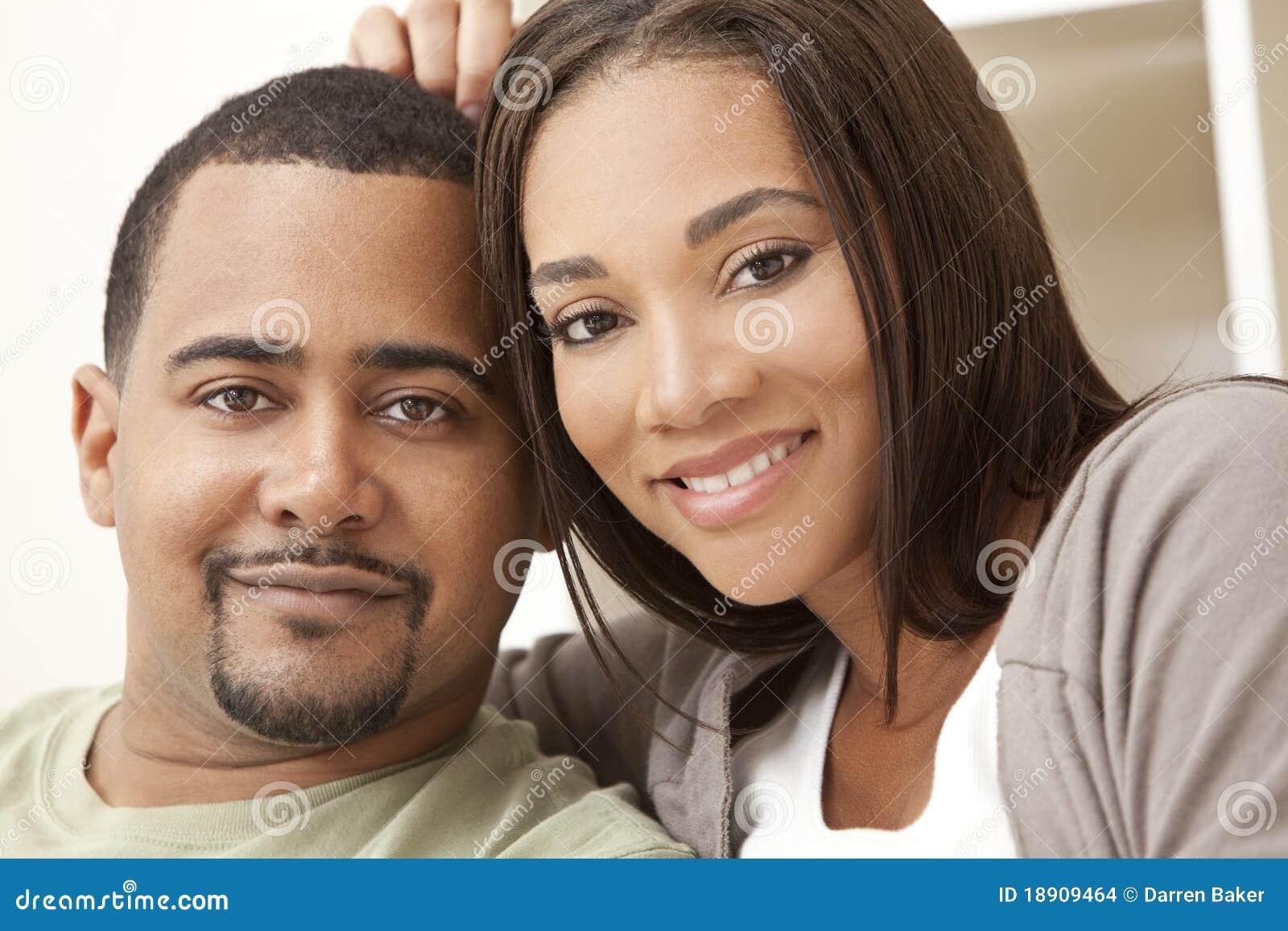 Pares felices del afroamericano que se sientan en el país