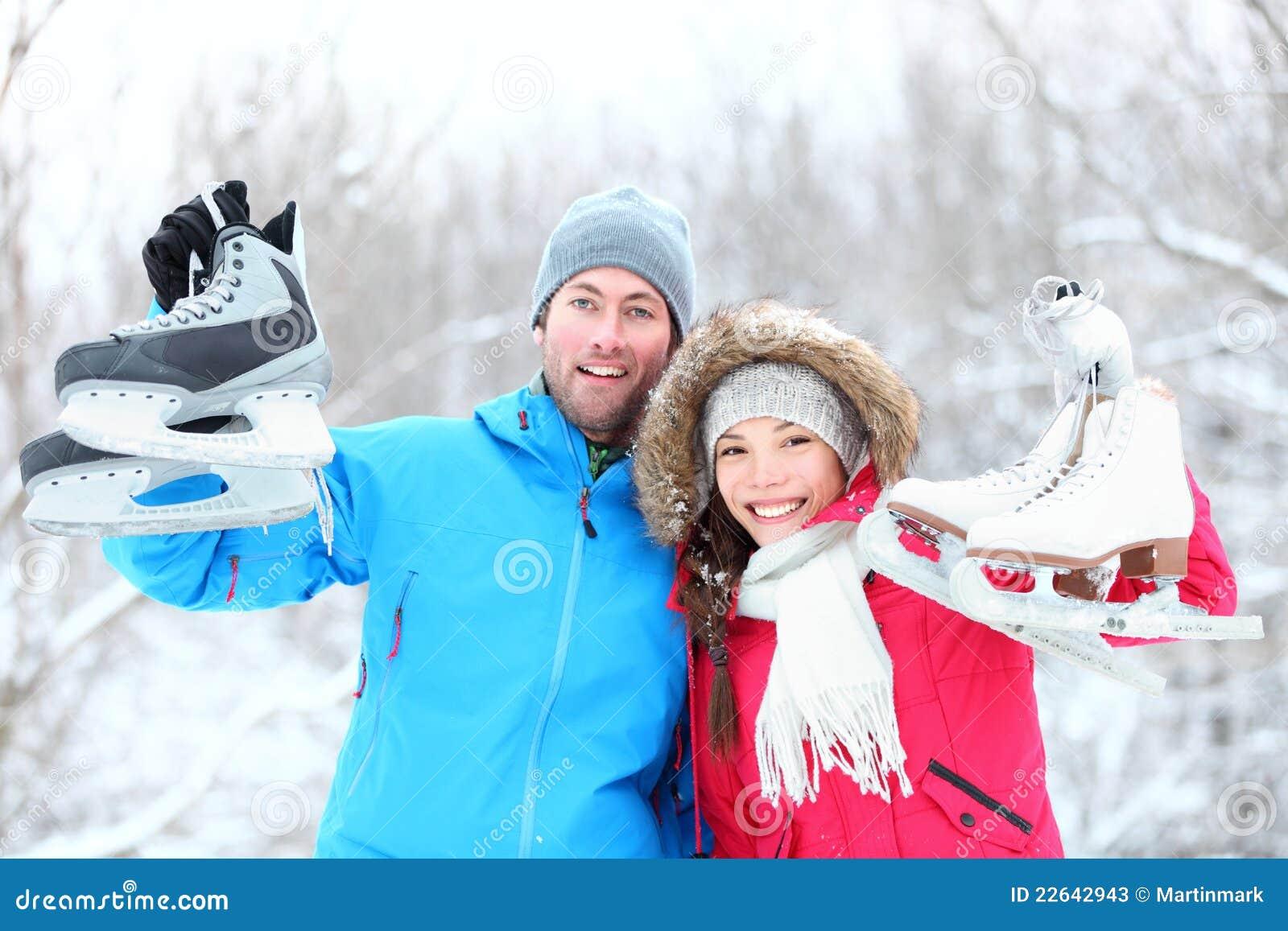 Pares felices del invierno del patinaje de hielo