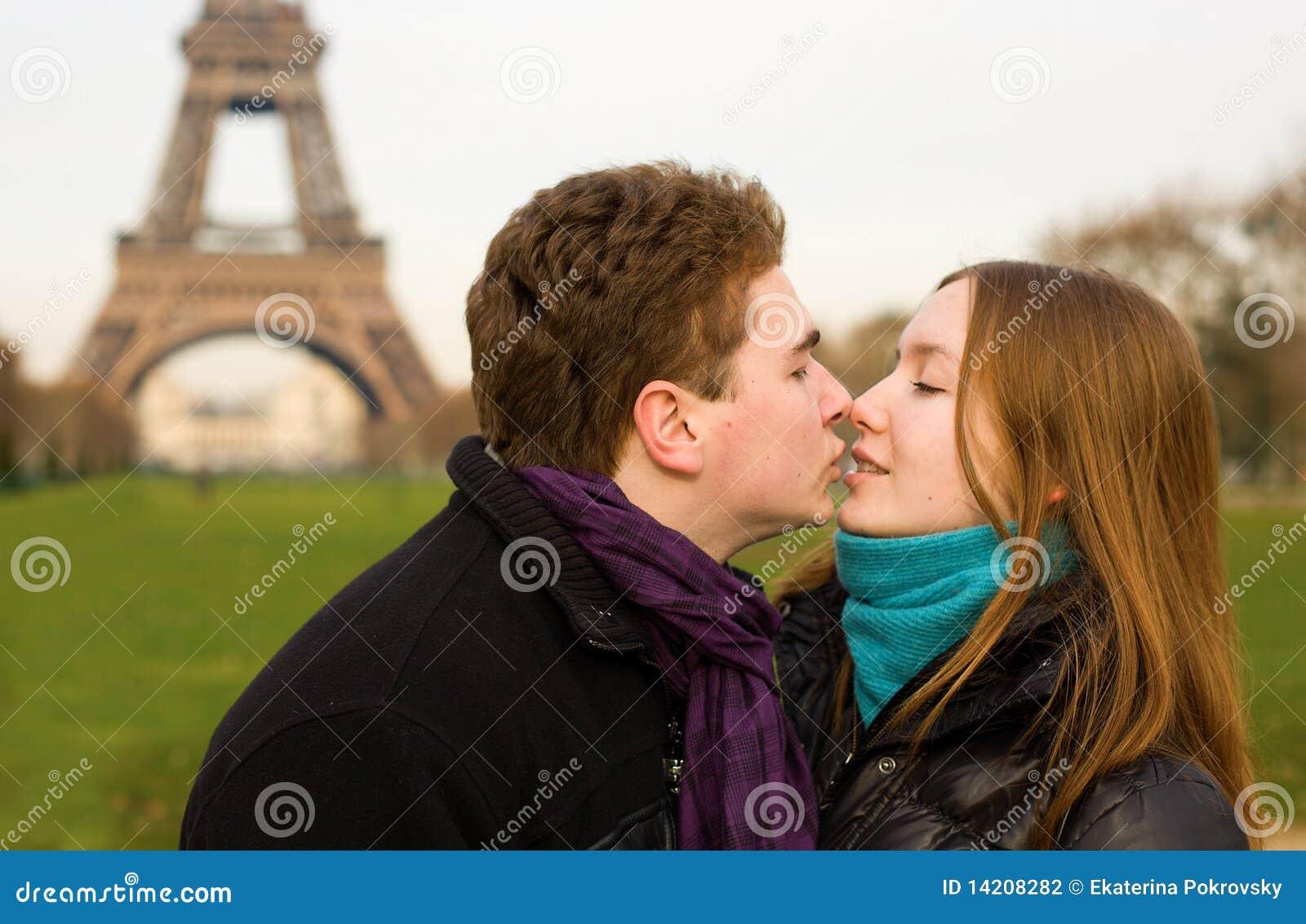 Pares felices en amor cerca de la torre Eiffel