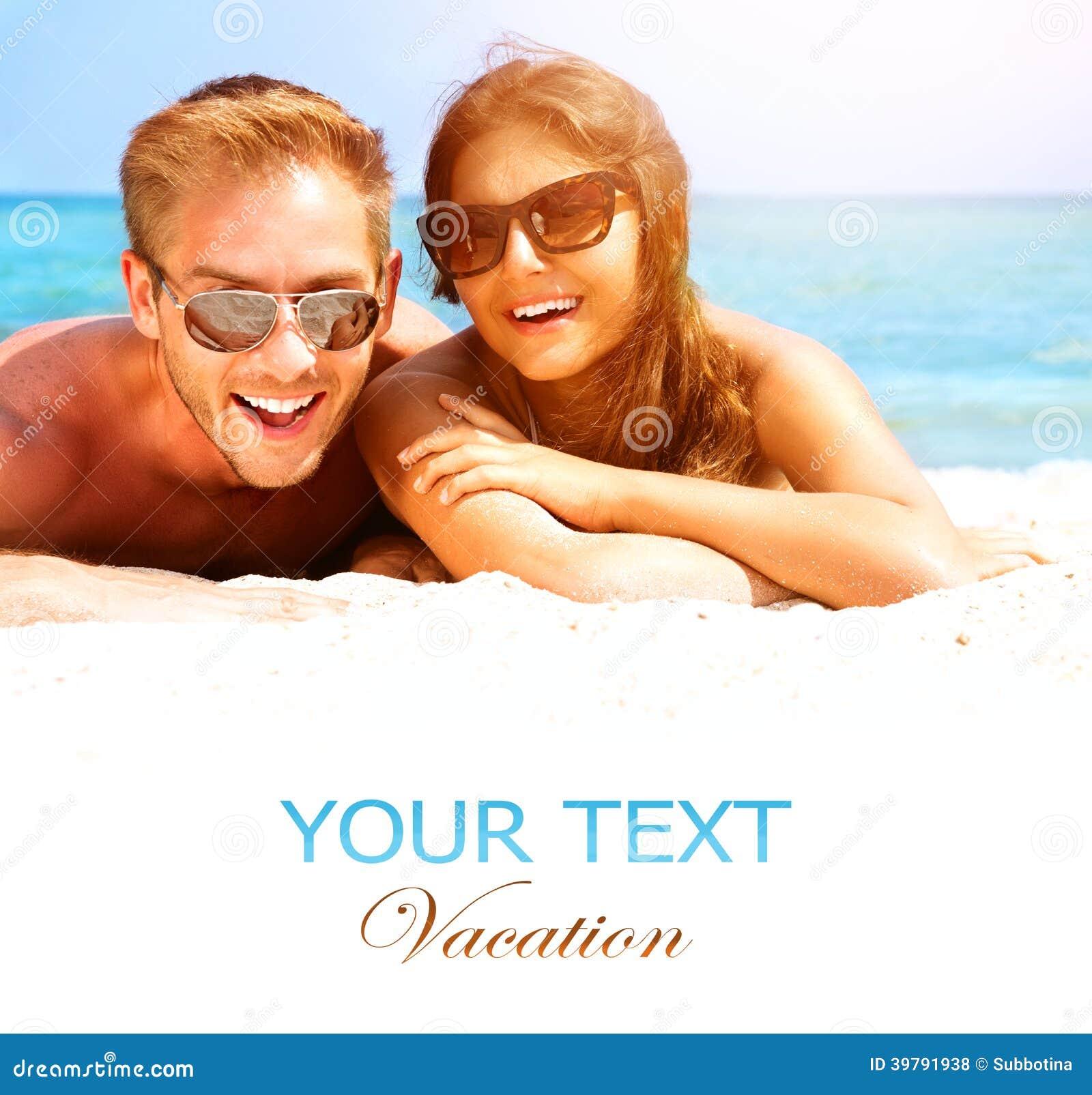 Pares felices en la playa