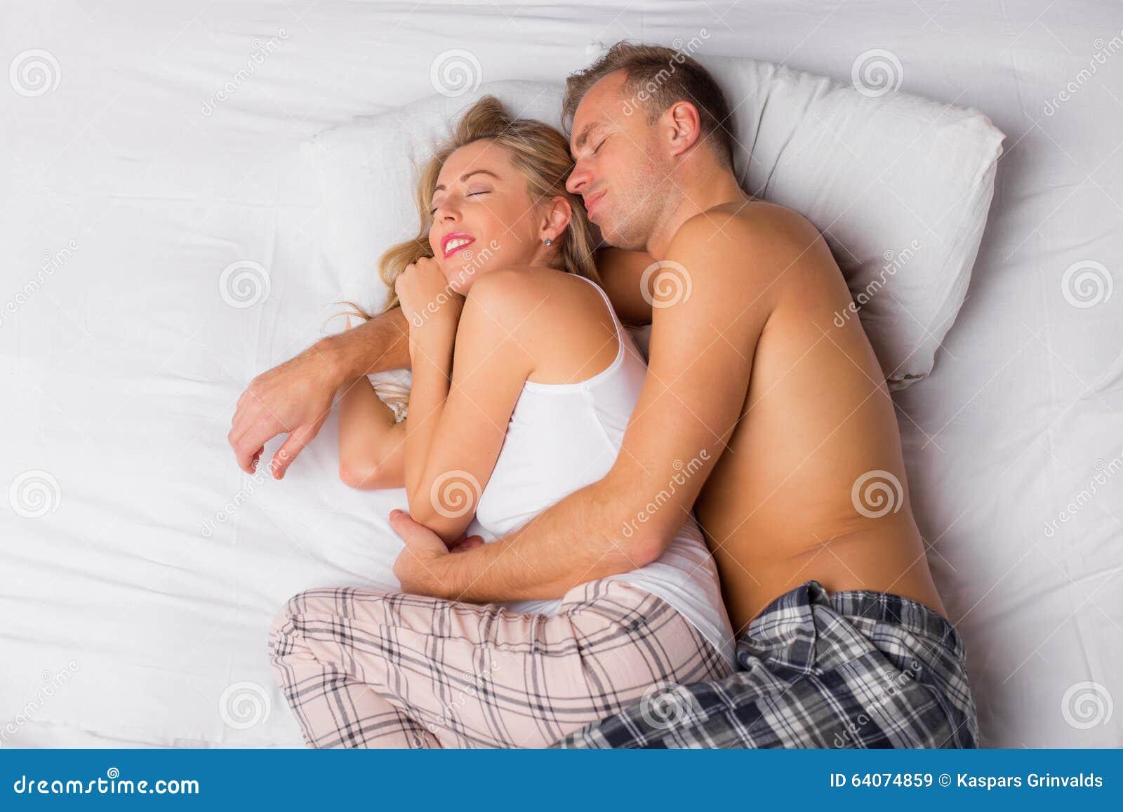 Pares felices que duermen y que abrazan
