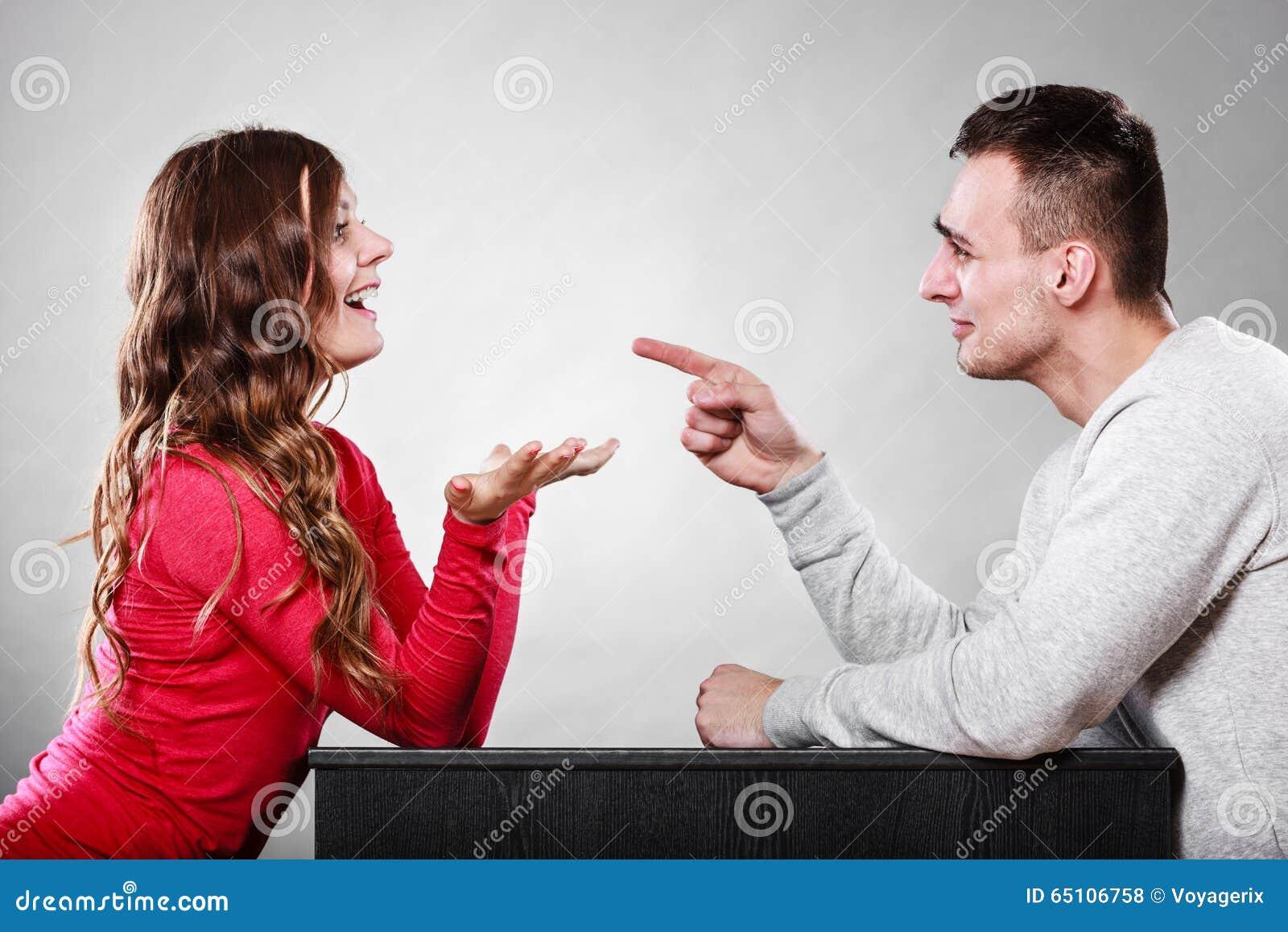 Pares felices que hablan el fecha Conversación