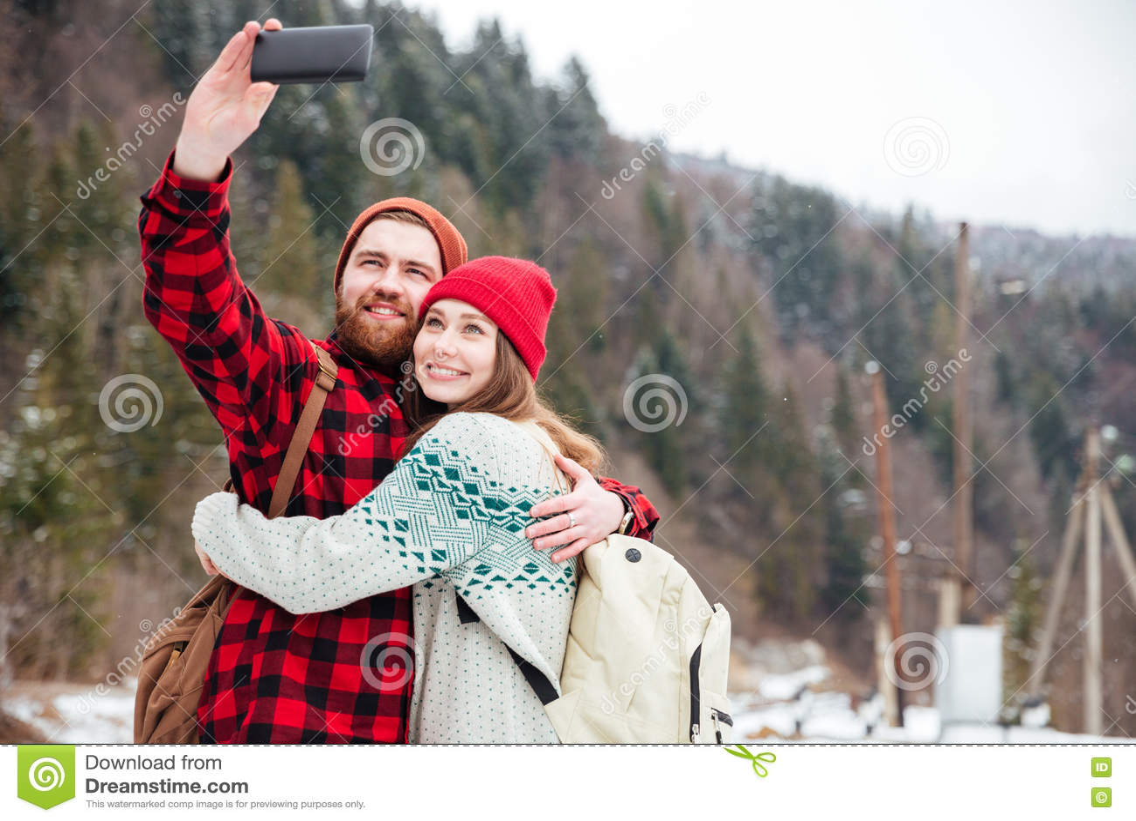 Pares felices que hacen la foto del selfie
