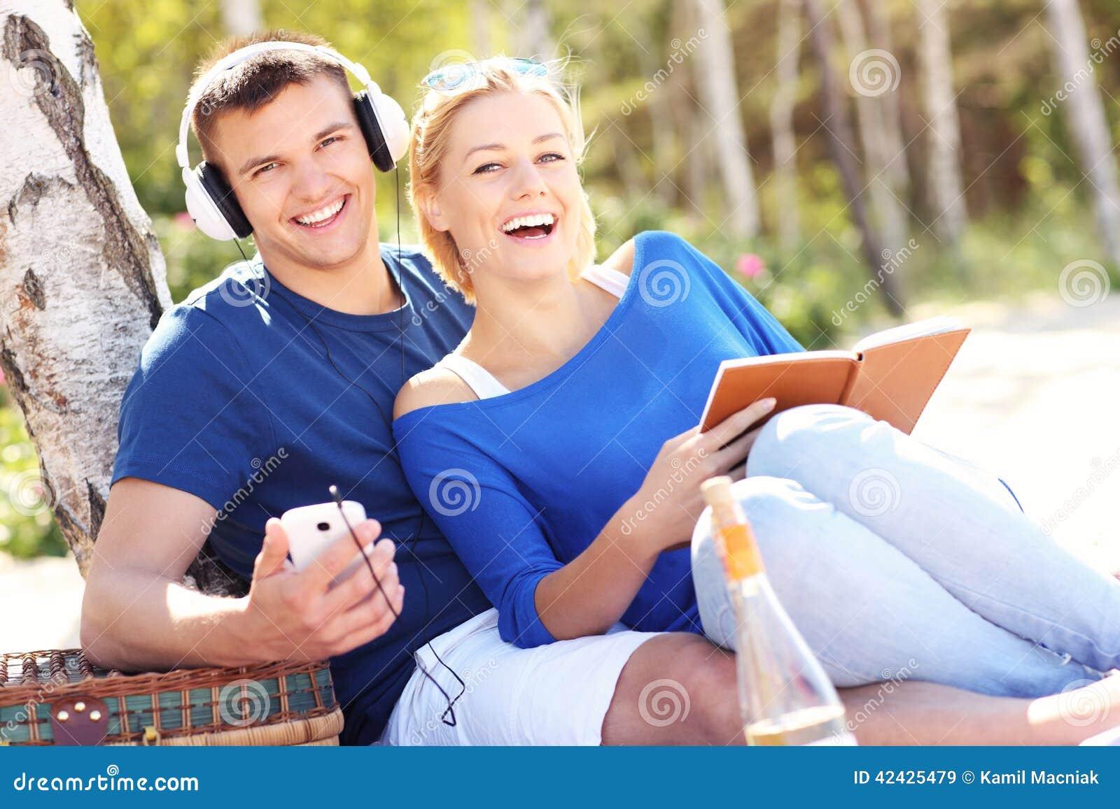 Pares felices que se relajan en la playa