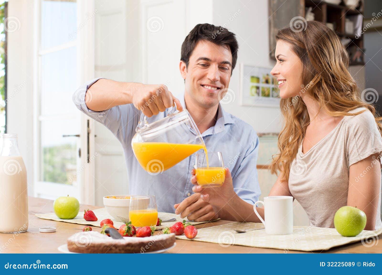 Download Pares Felizes Que Comem O Café Da Manhã Imagem de Stock - Imagem de fruta, carefree: 32225089
