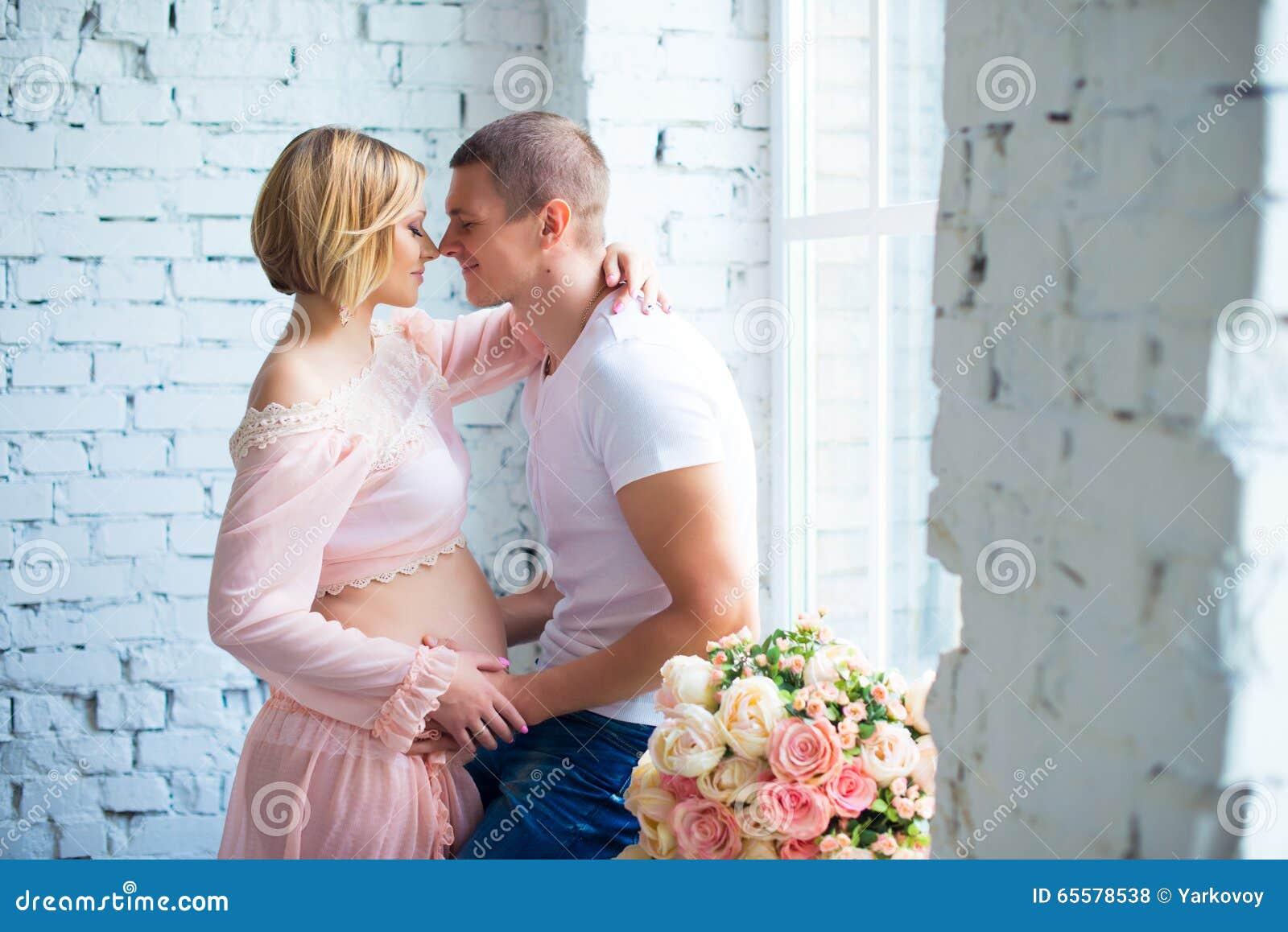 Pares grávidos dos jovens que esperam o bebê Gravidez feliz e saudável
