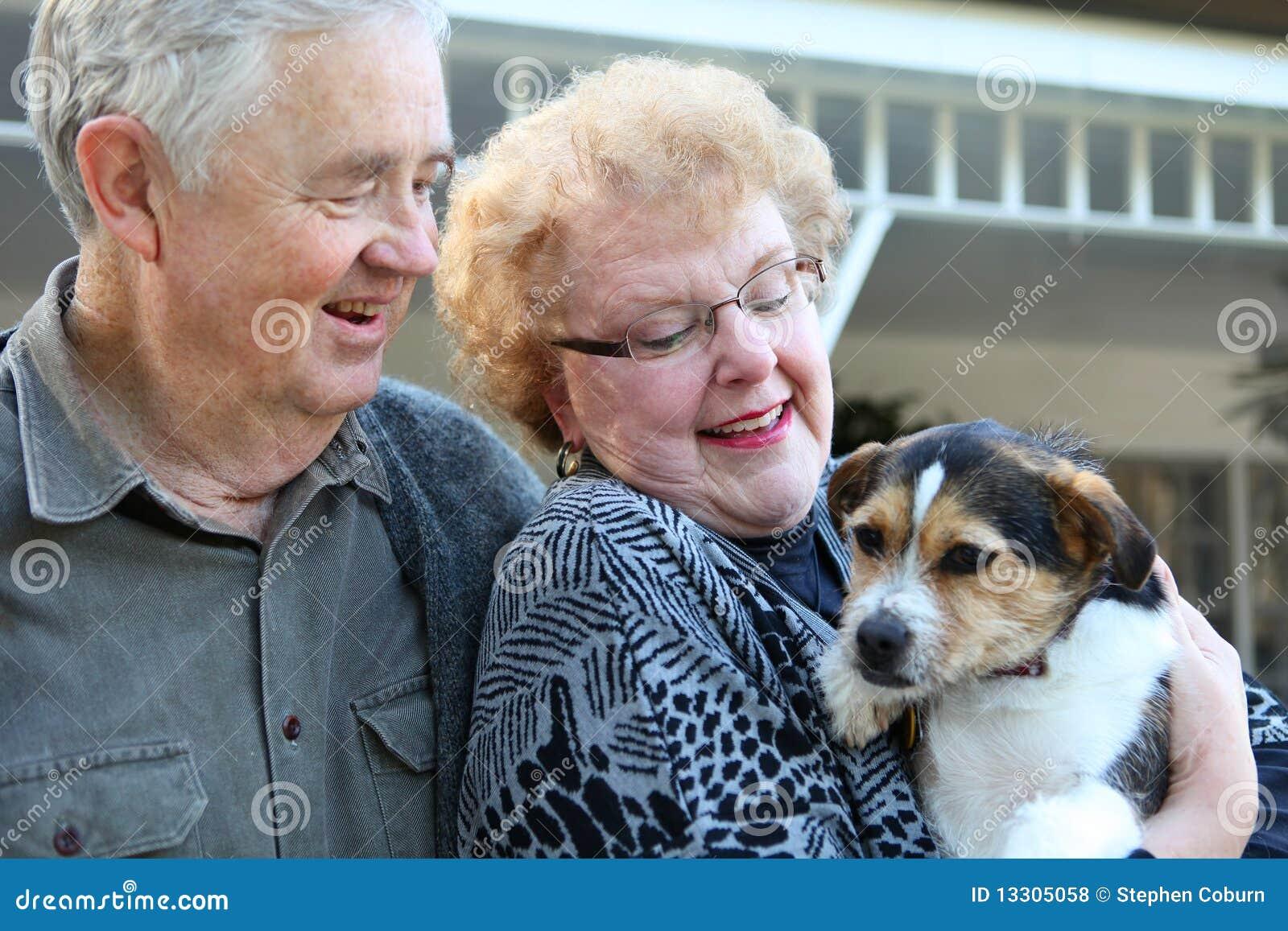 Pares idosos com cão