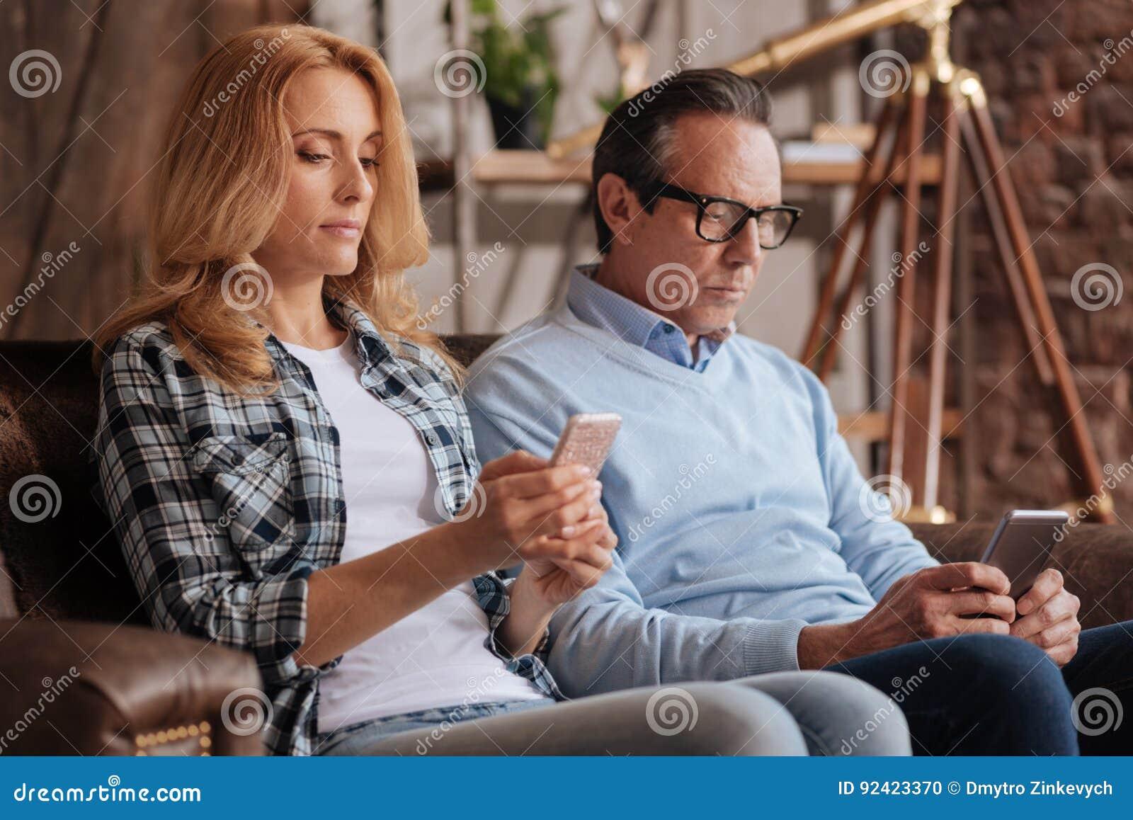 Pares ignorantes usando telefones celulares em casa