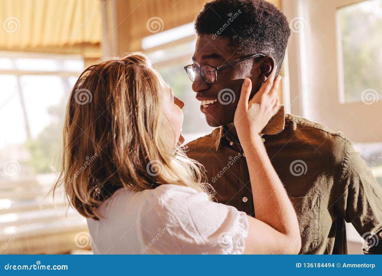 Pares inter-raciais bonitos no amor