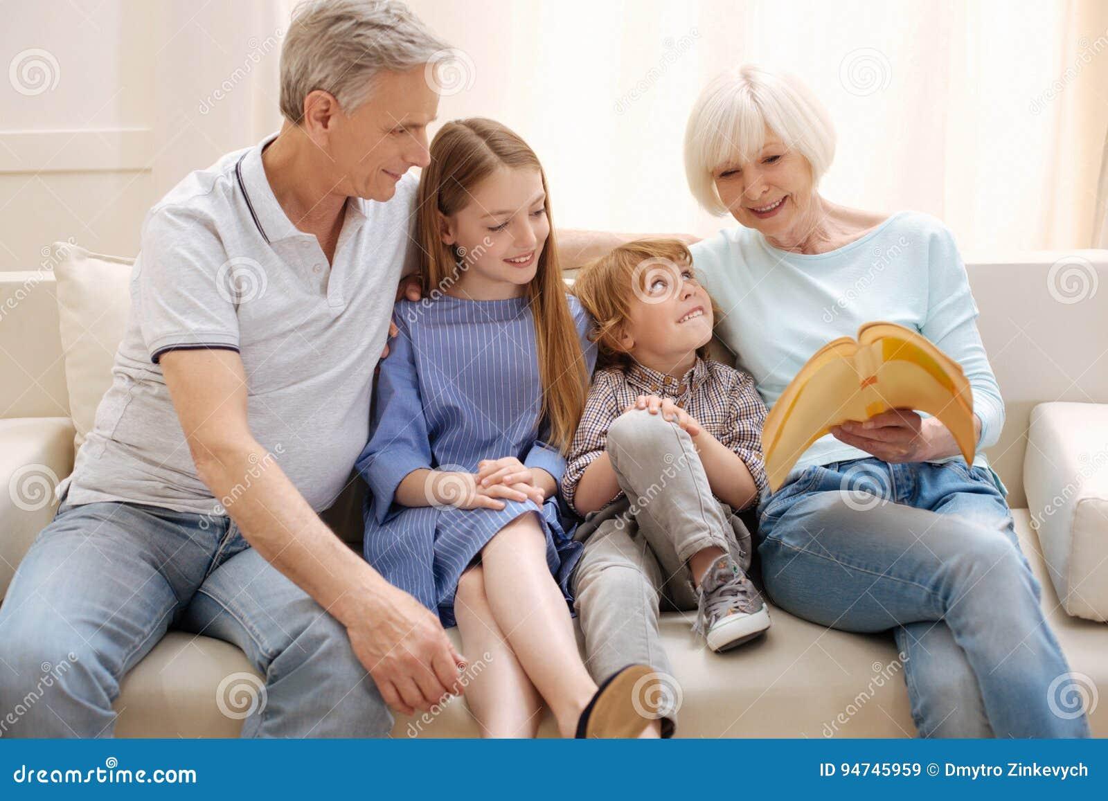 Pares inventivos vívidos que mantem distraído seus netos