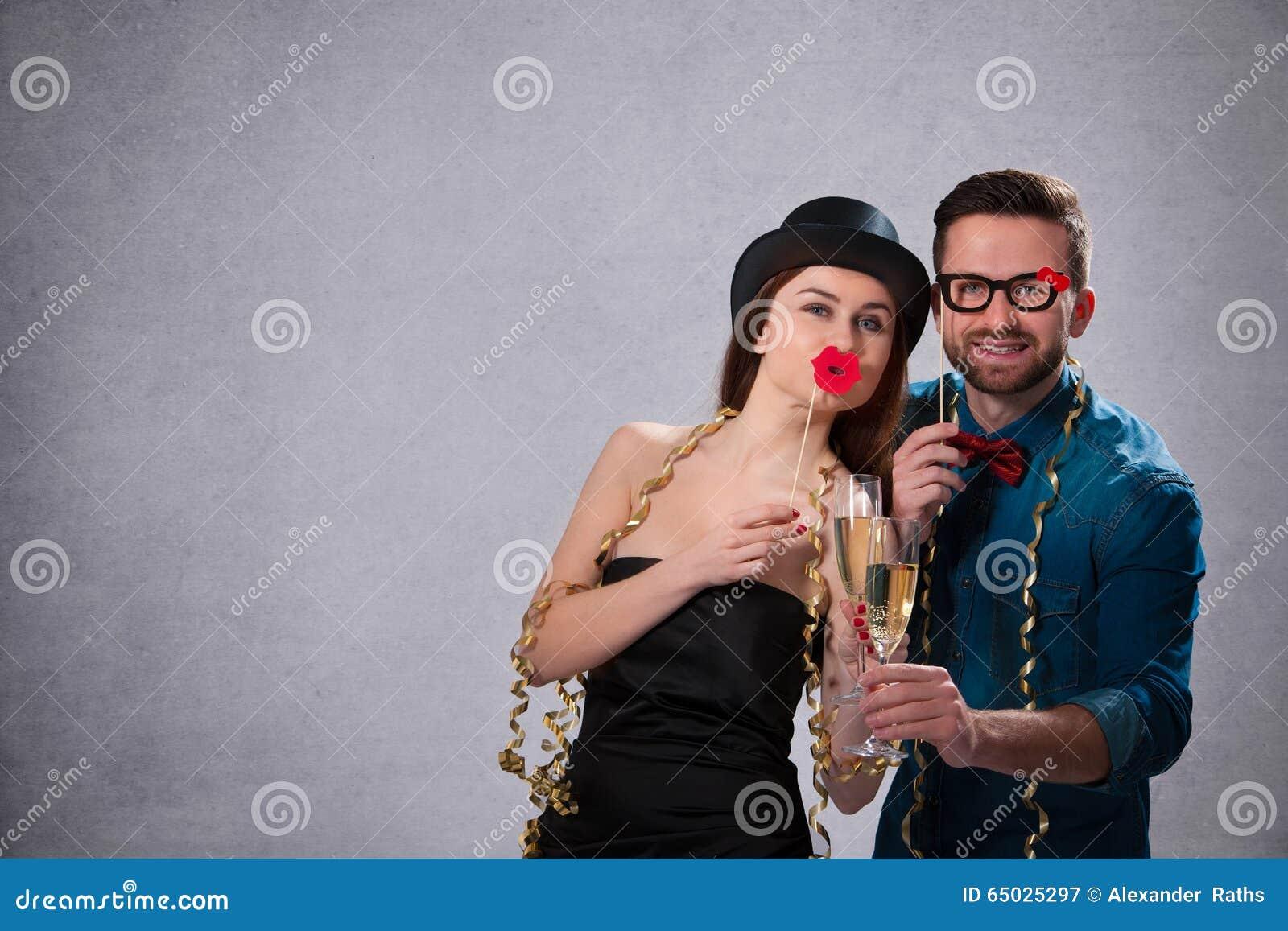Pares jovenes con las flautas de champán