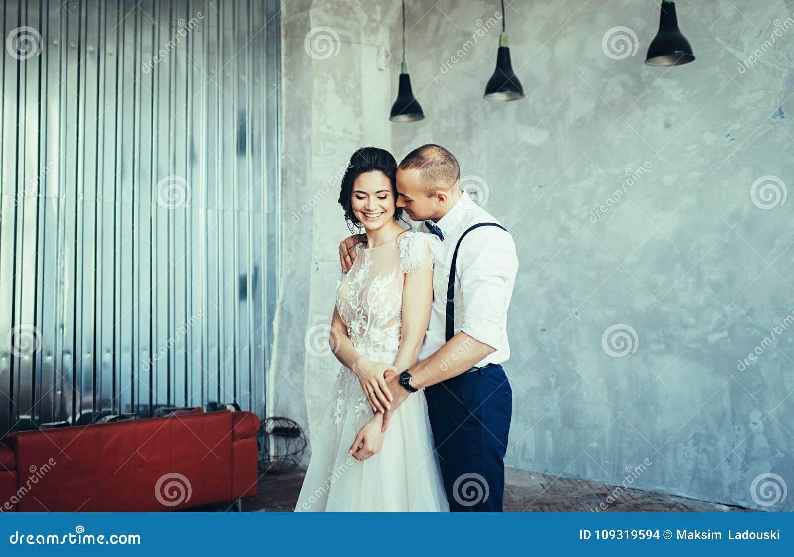 Pares jovenes de la boda en amor
