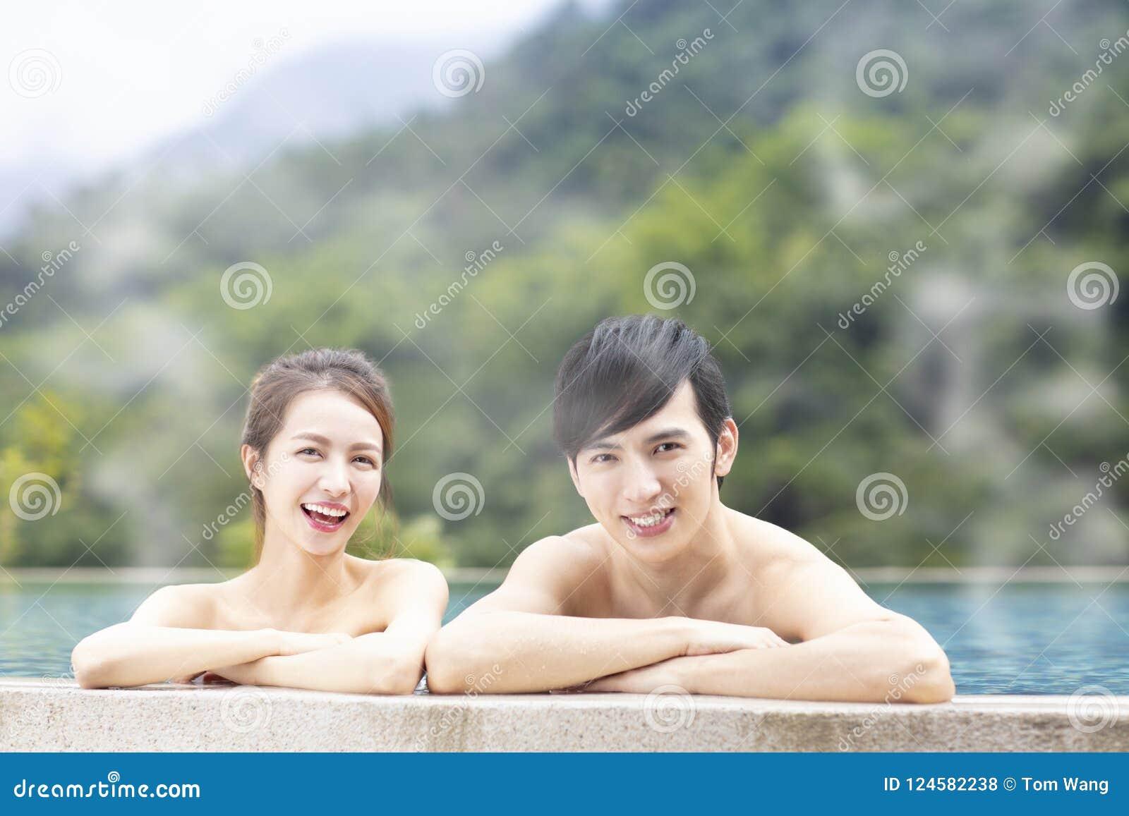 Pares jovenes en aguas termales
