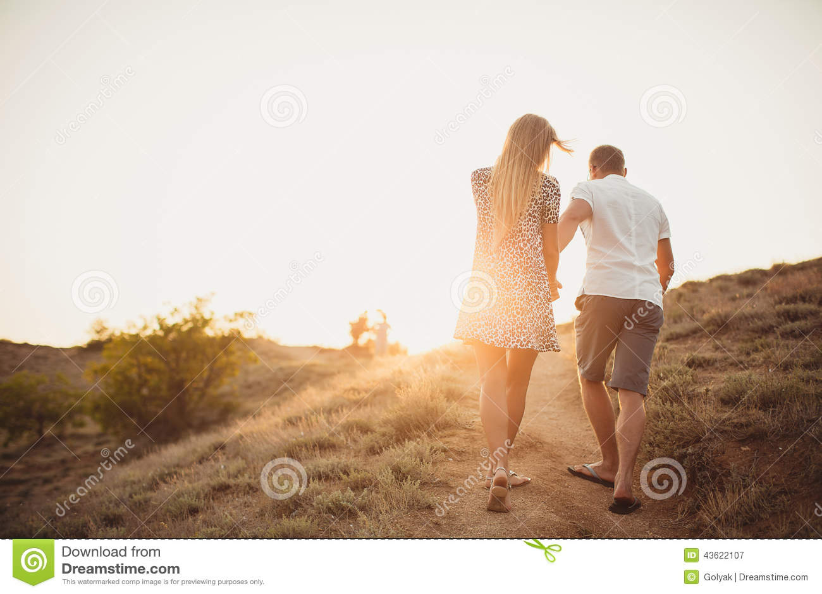 Pares jovenes en amor, un hombre atractivo y mujer