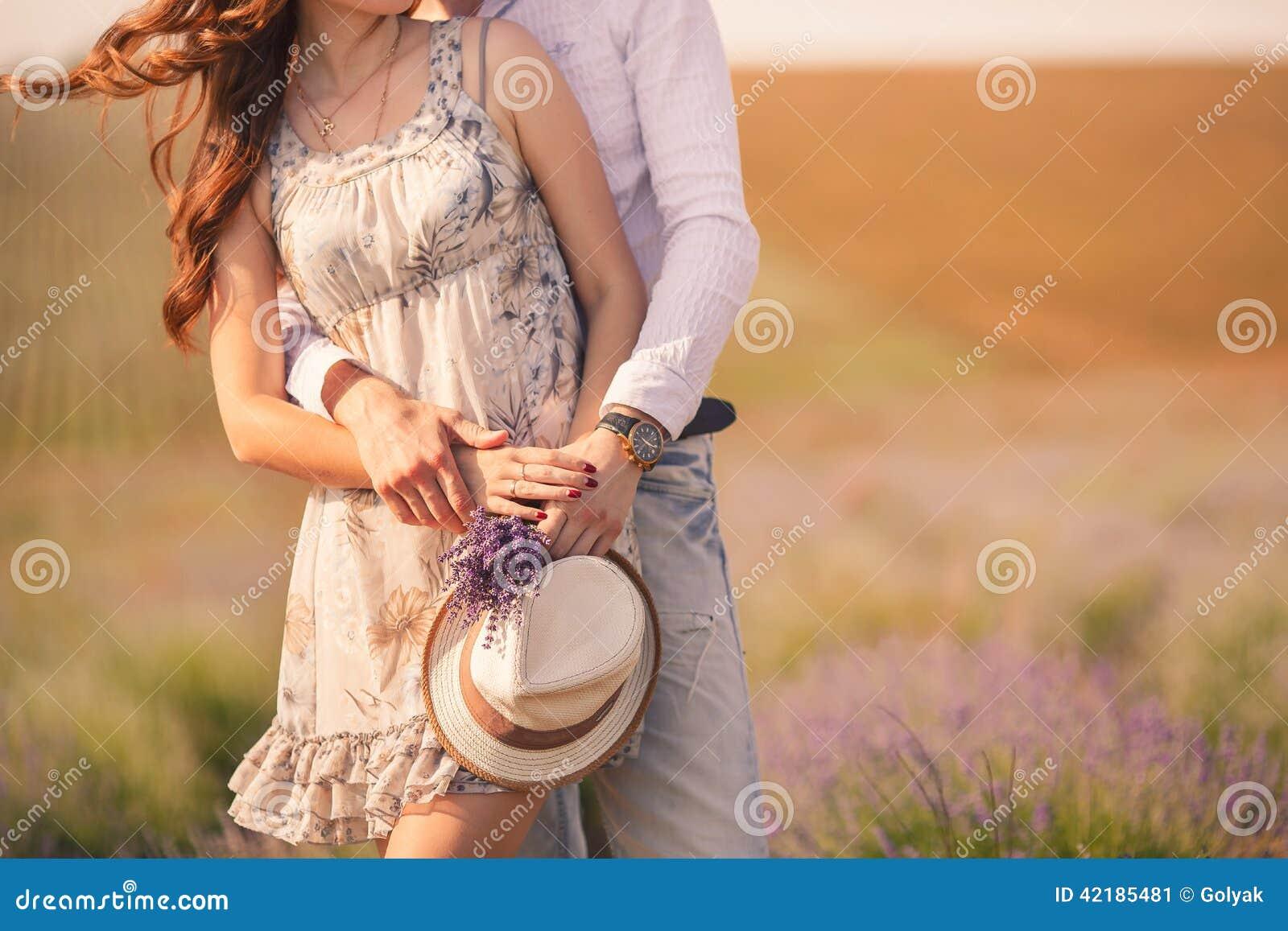 Pares jovenes en el amor al aire libre