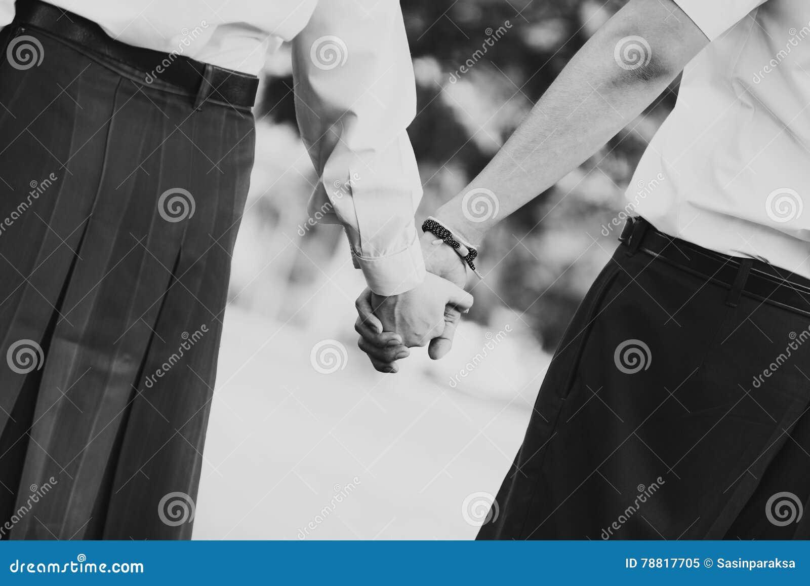 Pares Jovenes En El Amor Que Lleva A Cabo Las Manos, Blanco Y Negro ...