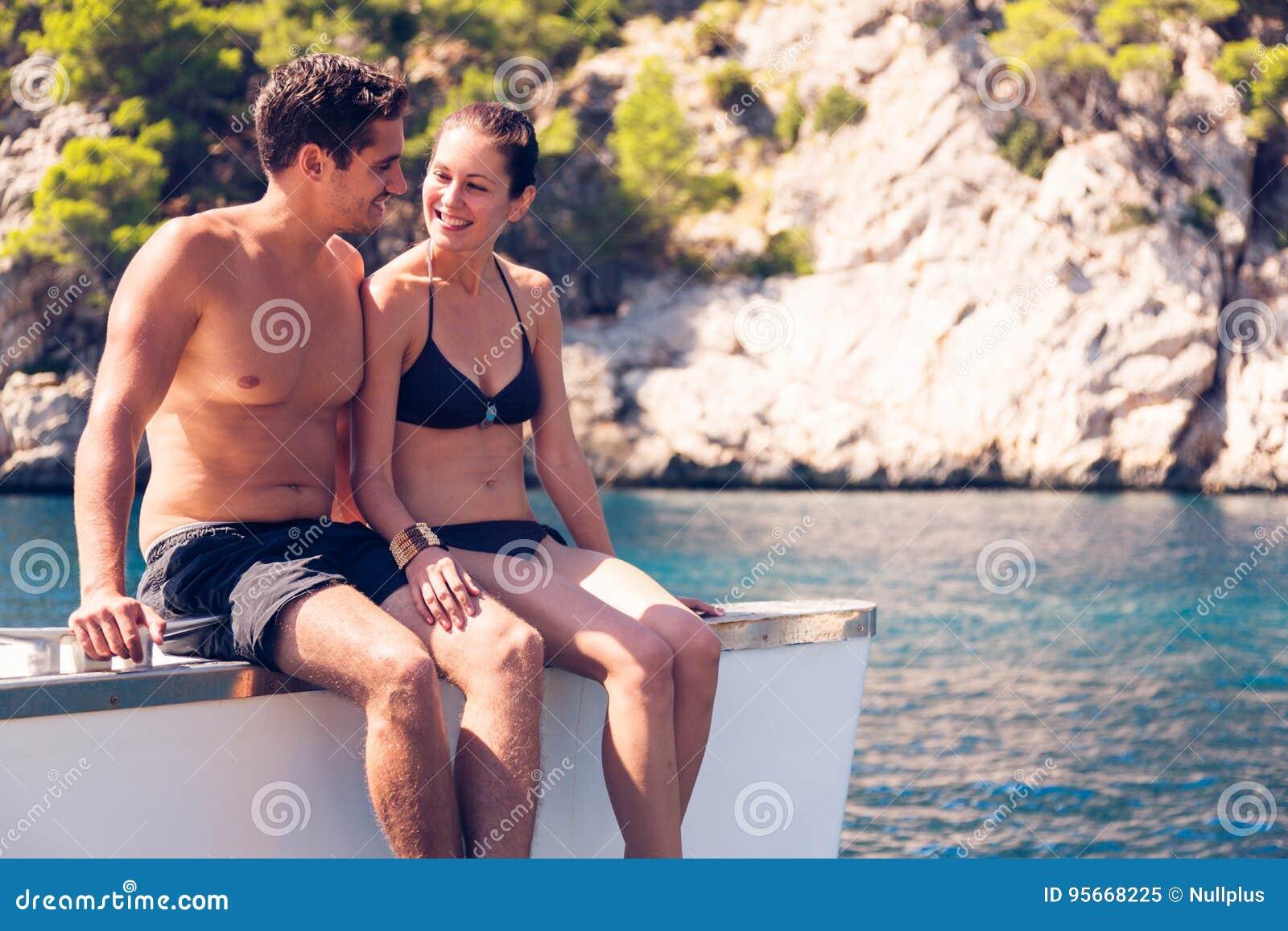 Pares jovenes en el catamarán
