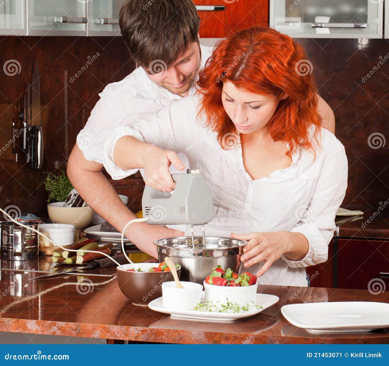 Pares jovenes en la cocina haciendo los pasteles juntos for Haciendo el amor en la cocina