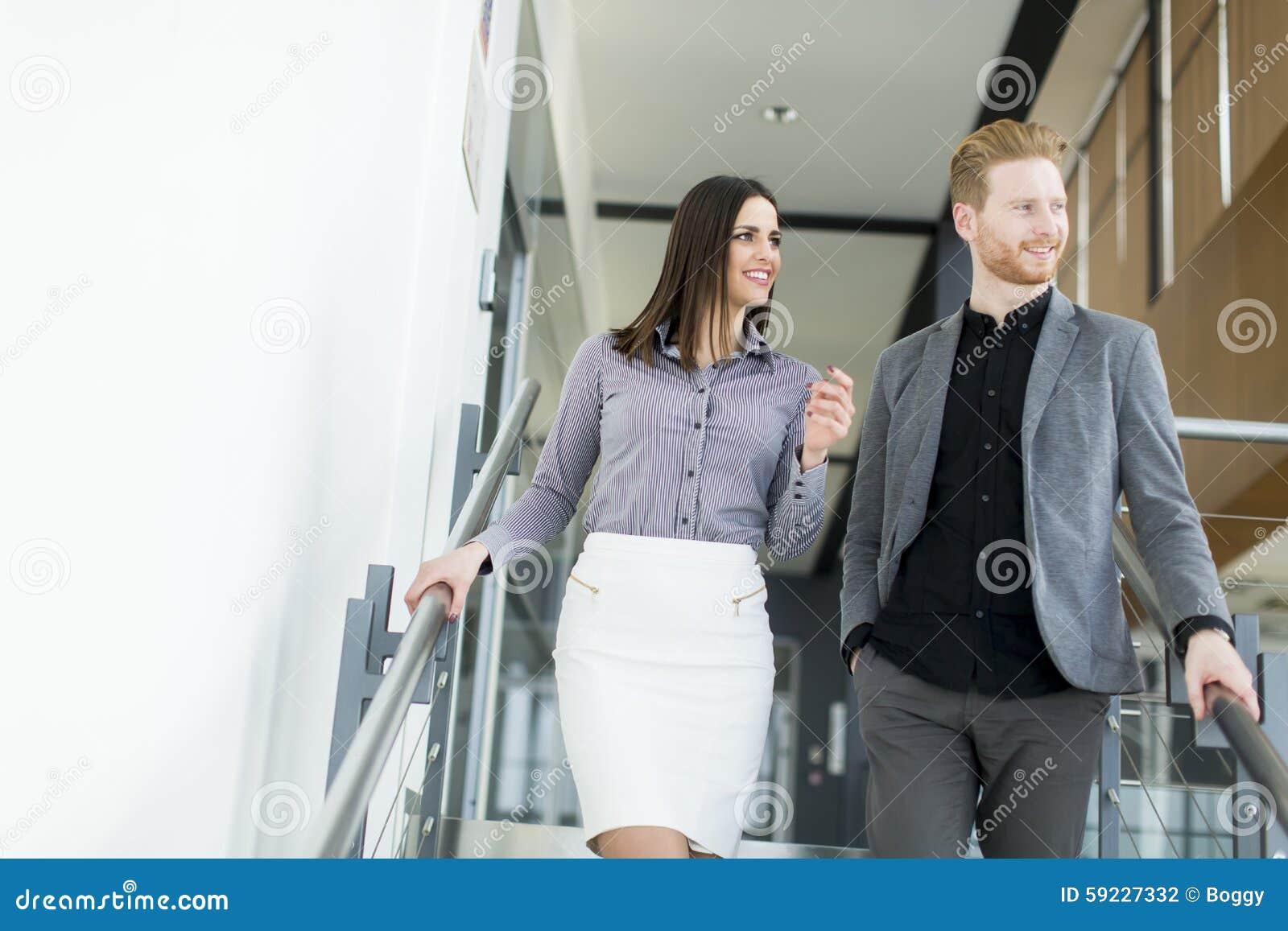 Download Pares Jovenes En Las Escaleras En Oficina Foto de archivo - Imagen de escaleras, escalera: 59227332