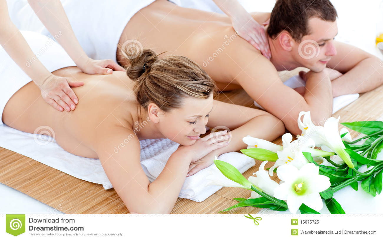 Pares jovenes enamorados que disfrutan de un masaje posterior