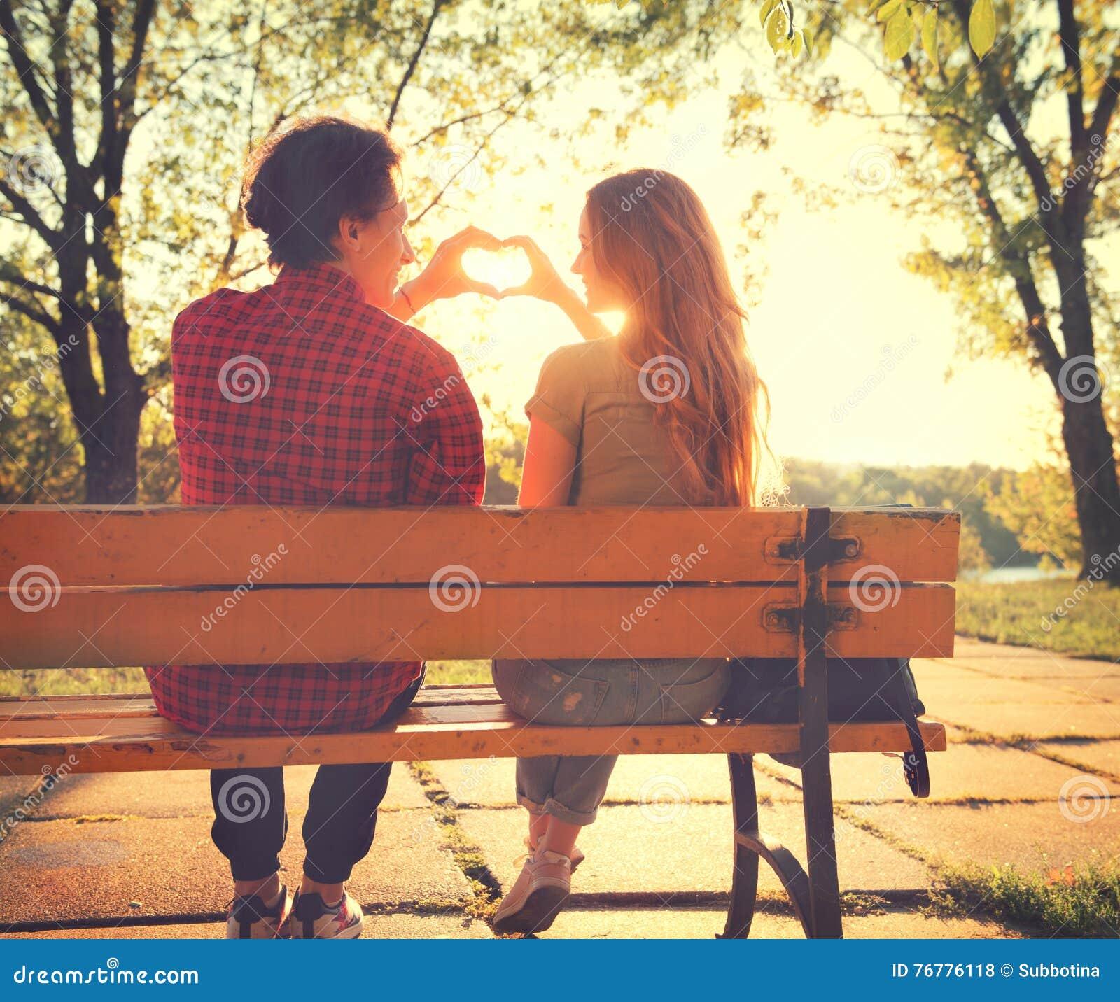 Pares jovenes felices en parque soleado