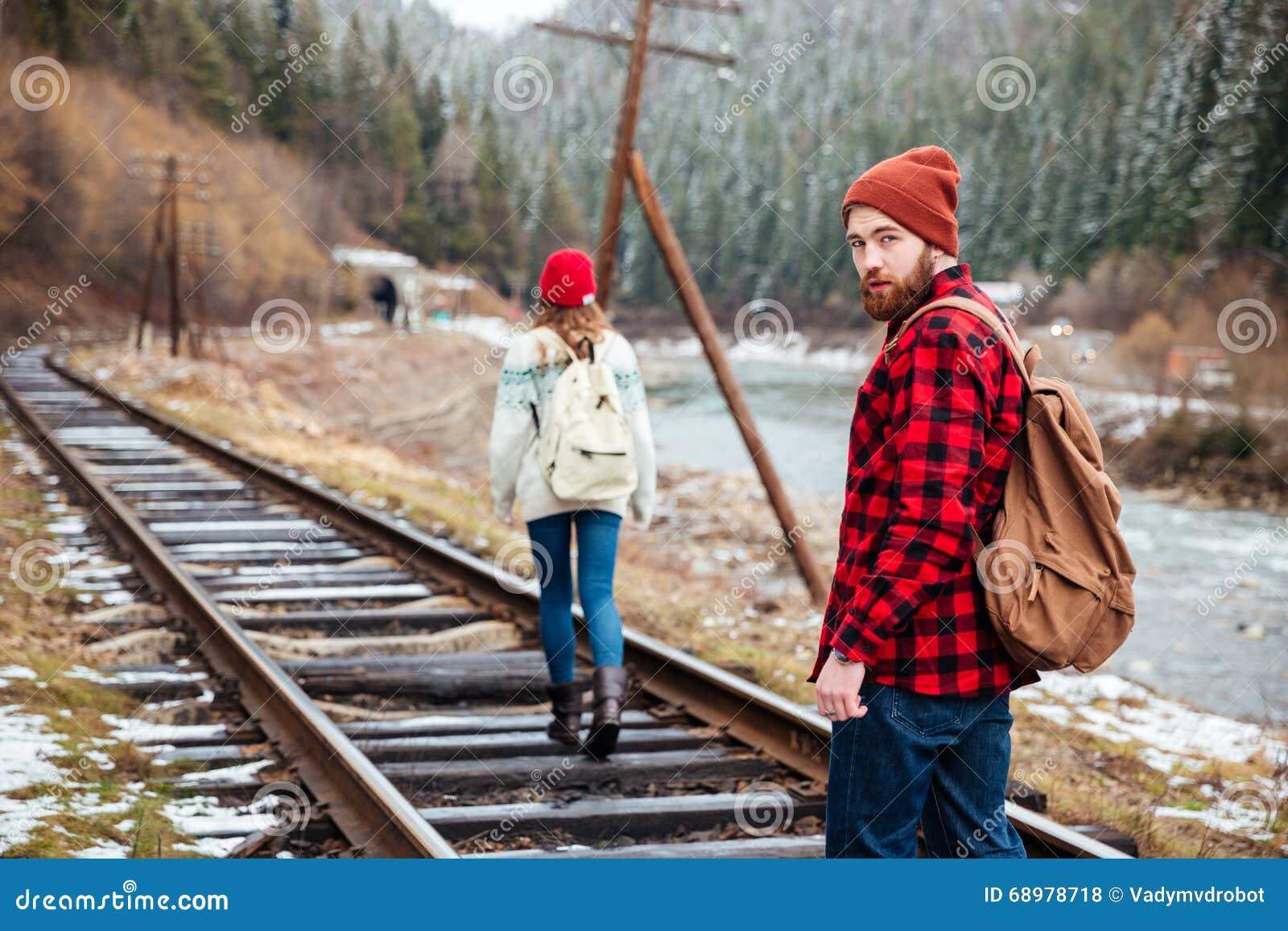 Pares jovenes hermosos que caminan al aire libre