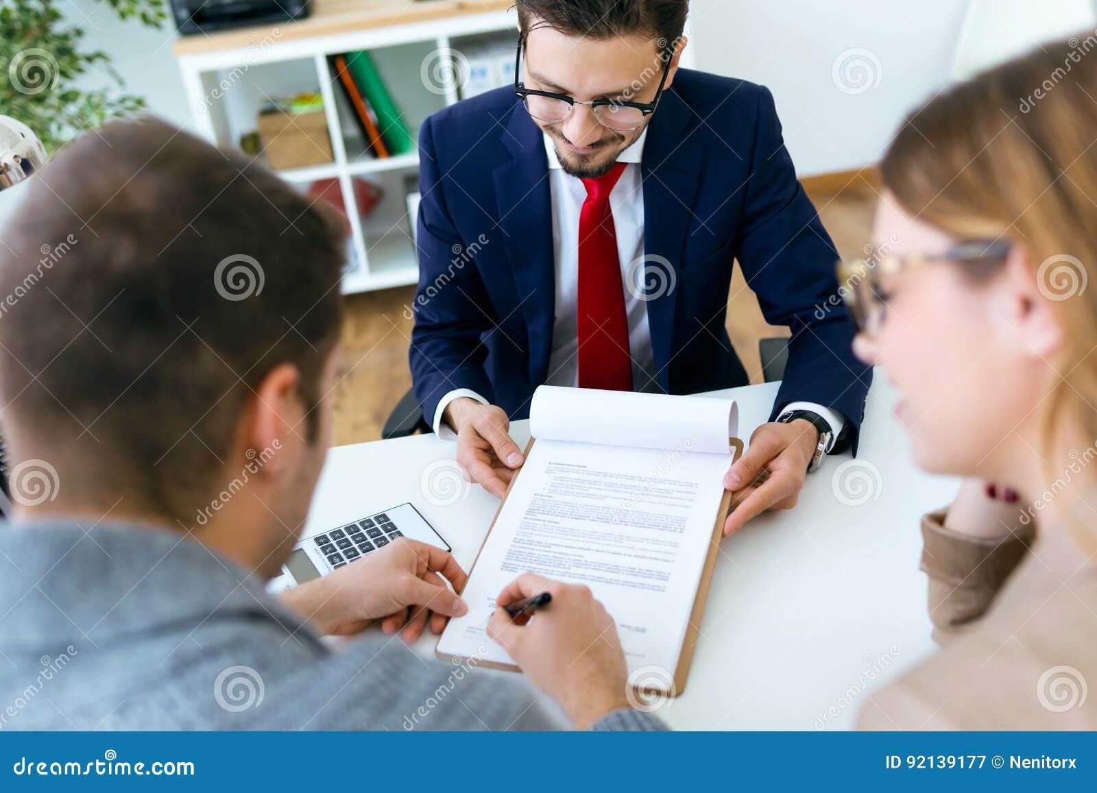 Pares jovenes hermosos que firman el contrato financiero for Xxx porno en la oficina