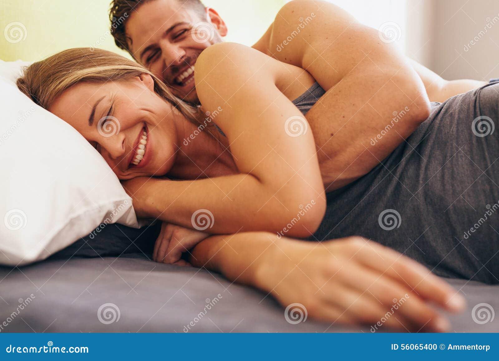 Pares jovenes lindos en el amor que miente en cama