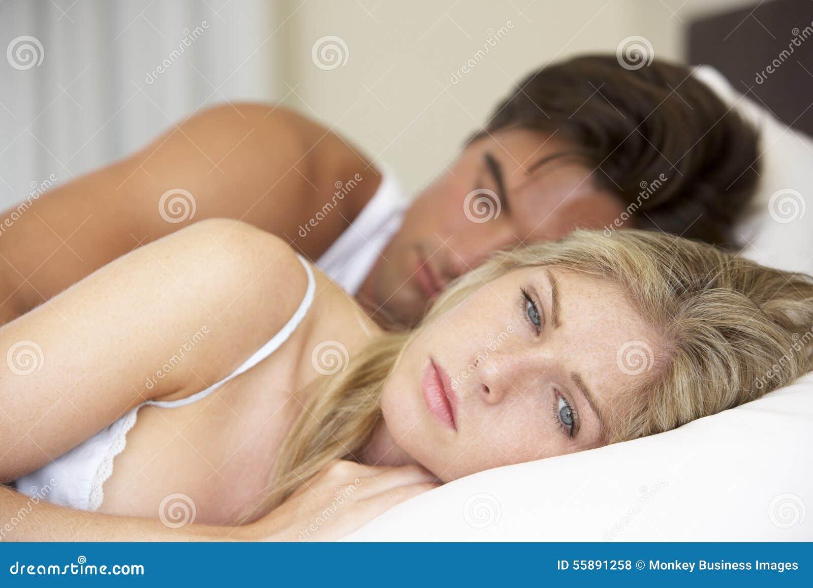 Pares jovenes preocupantes en cama