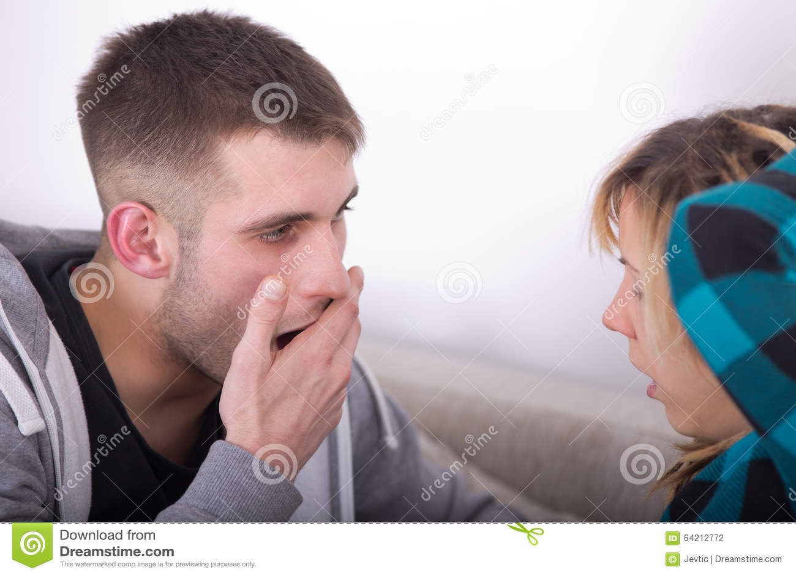 Pares jovenes que bostezan
