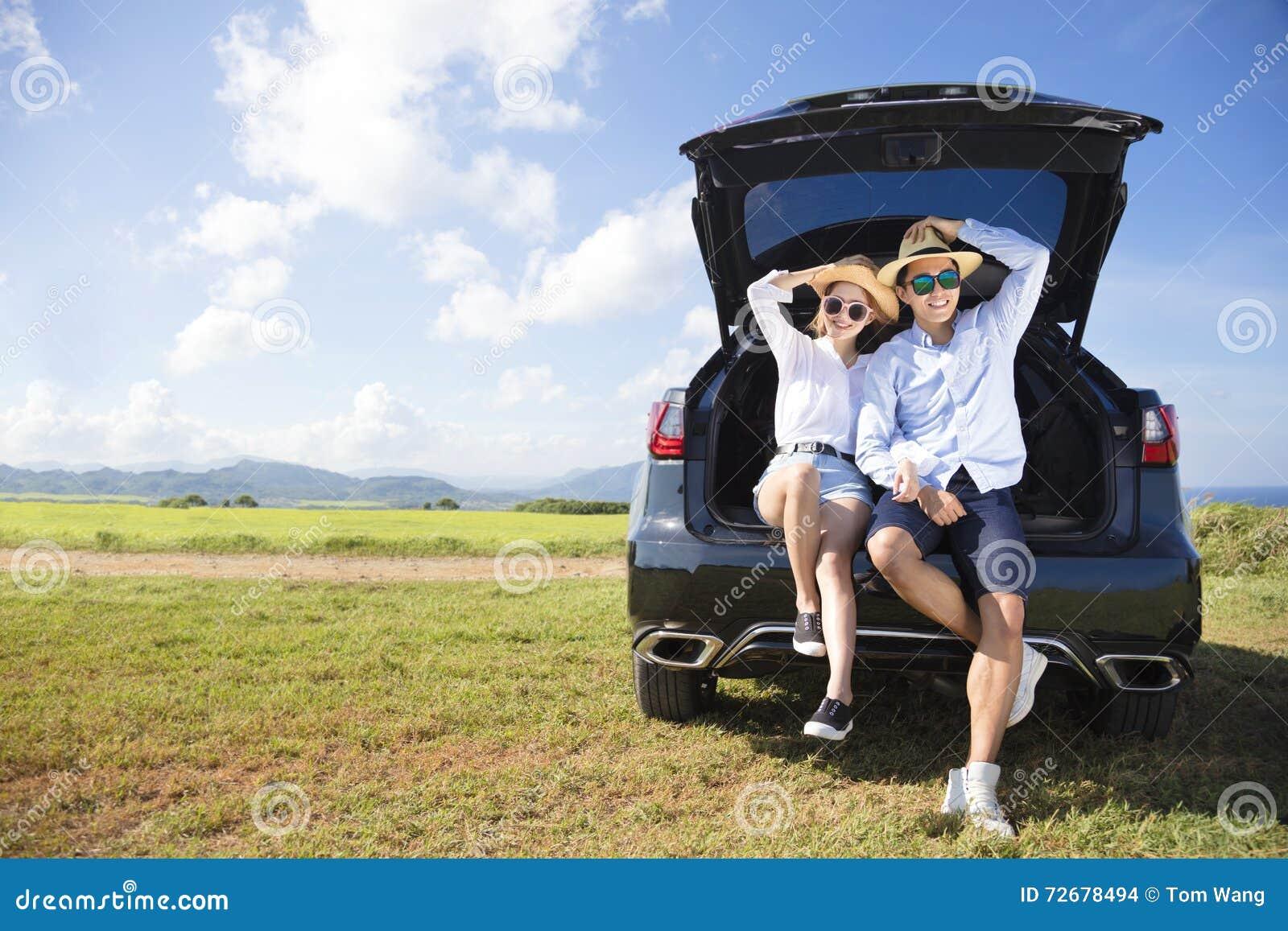 Pares jovenes que disfrutan de vacaciones del viaje por carretera y de verano