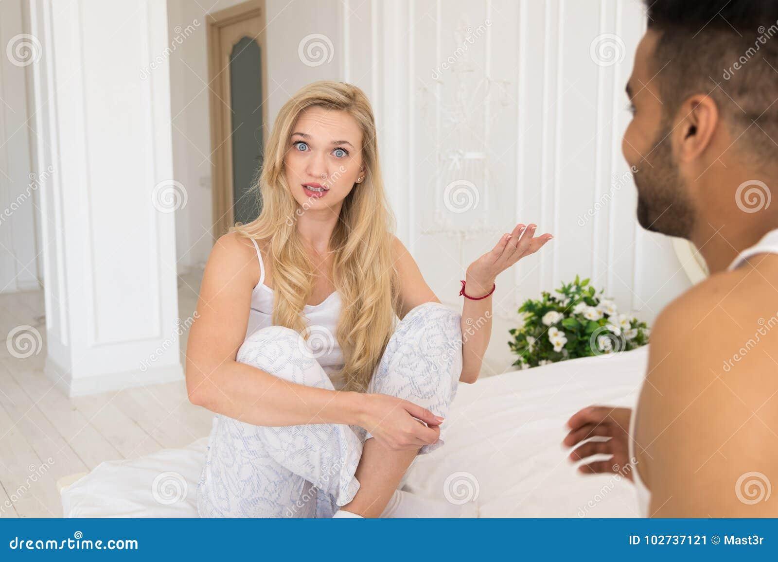 Pares jovenes que mienten en cama, teniendo problema de las relaciones del conflicto, emociones negativas tristes hombre hispánic