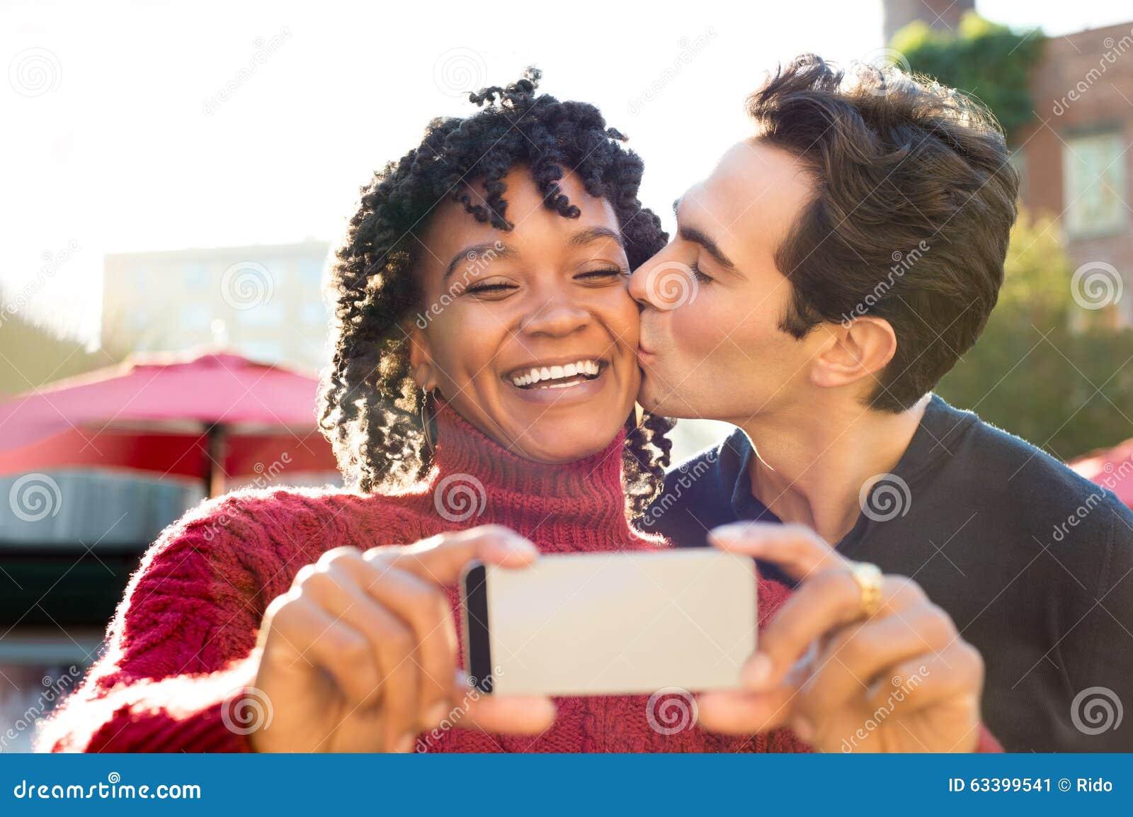 Pares jovenes que toman el selfie