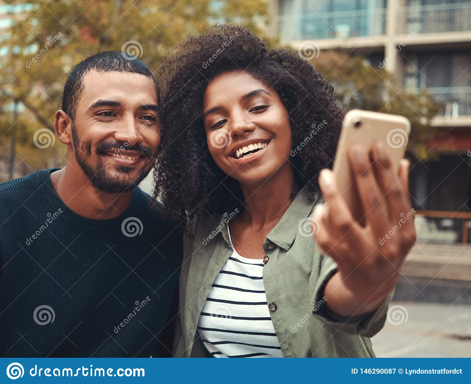 Pares jovenes que toman el selfie en el tel?fono m?vil