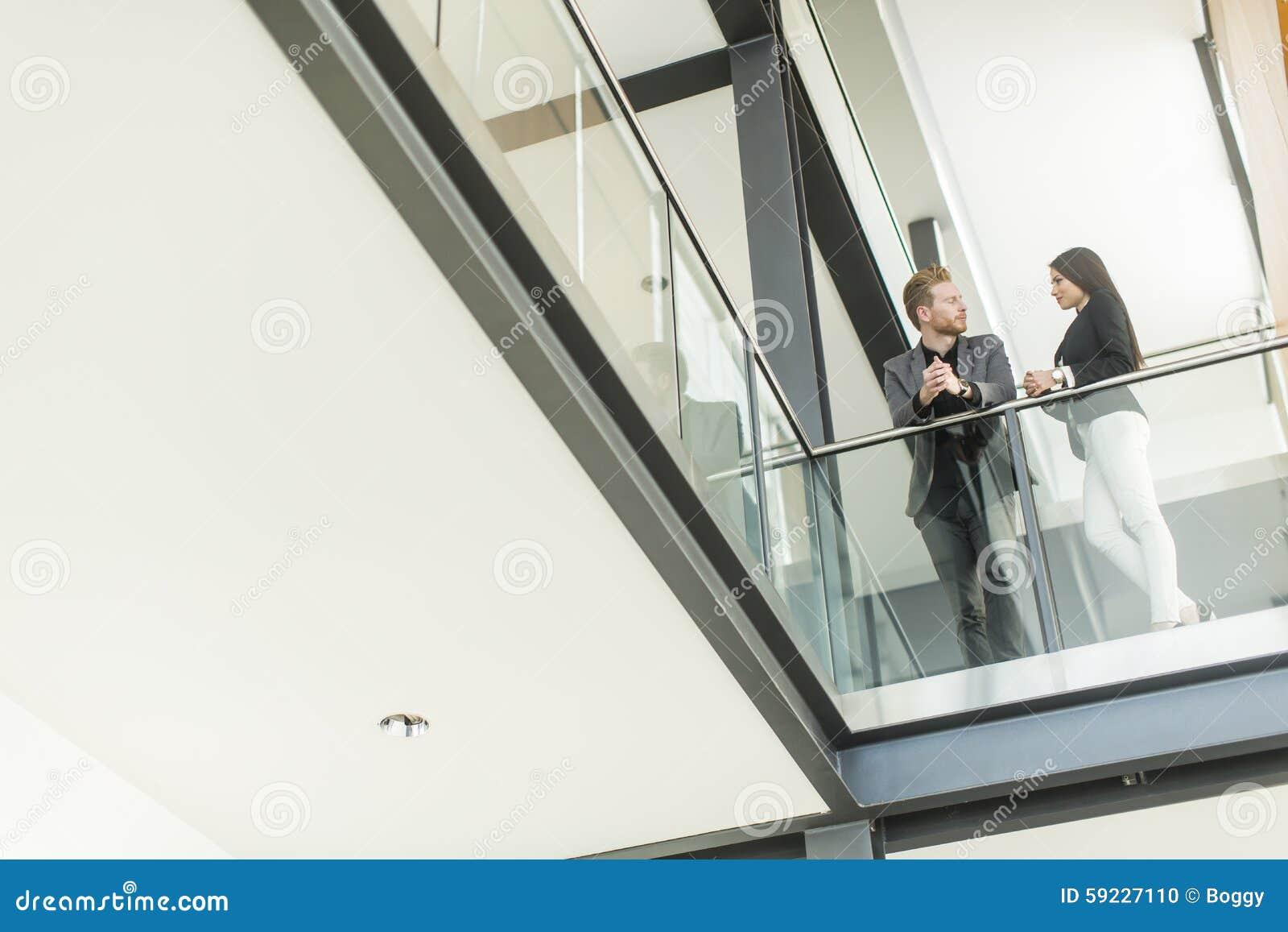 Download Pares Jovenes Que Trabajan En La Oficina Foto de archivo - Imagen de pelo, togetherness: 59227110