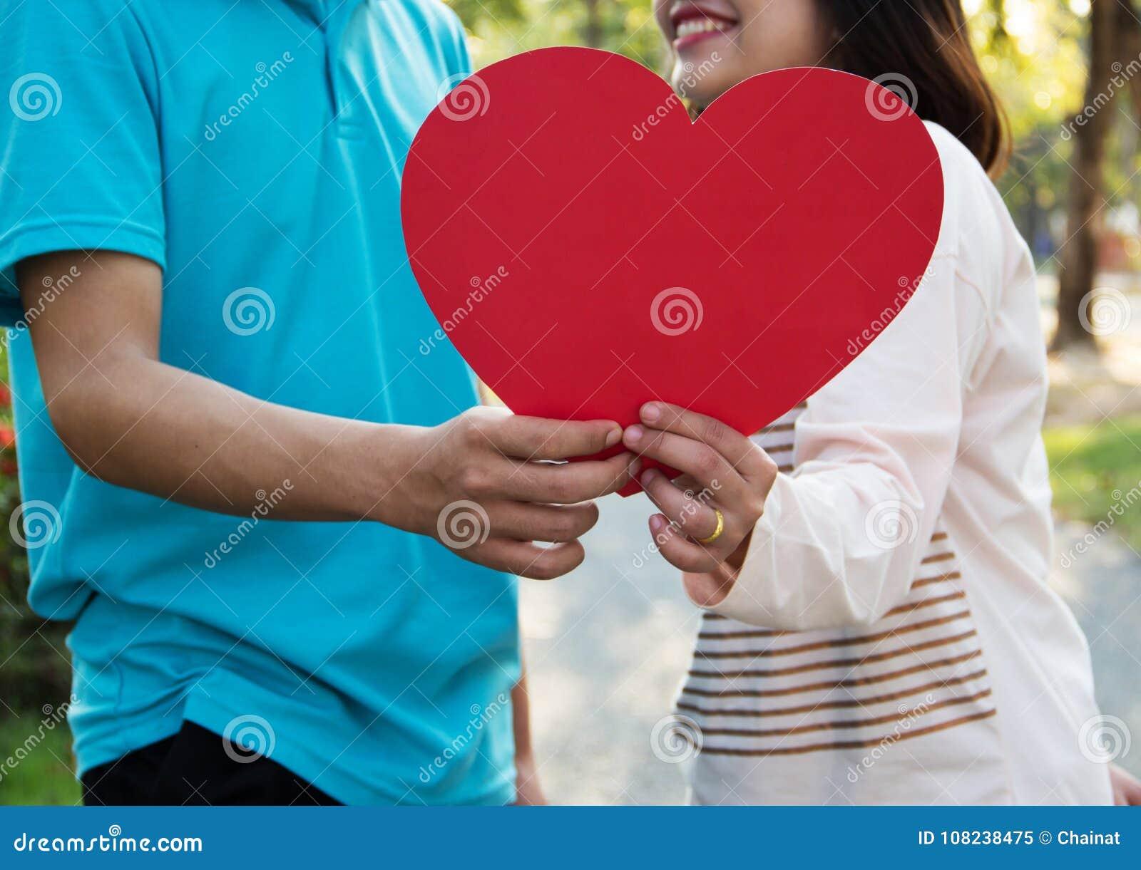 Pares jovenes románticos en amor