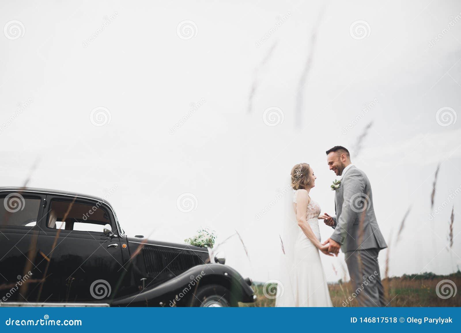 Pares jovenes rom?nticos felices cauc?sicos que celebran su boda outdoor
