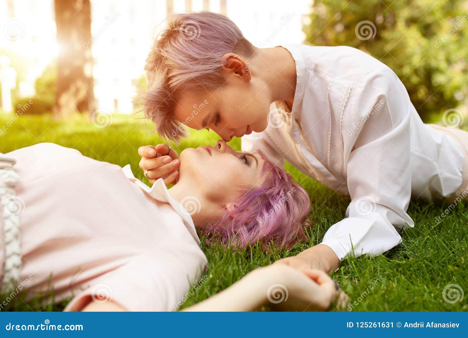Pares lésbicas brincalhão felizes no amor que compartilha do tempo junto