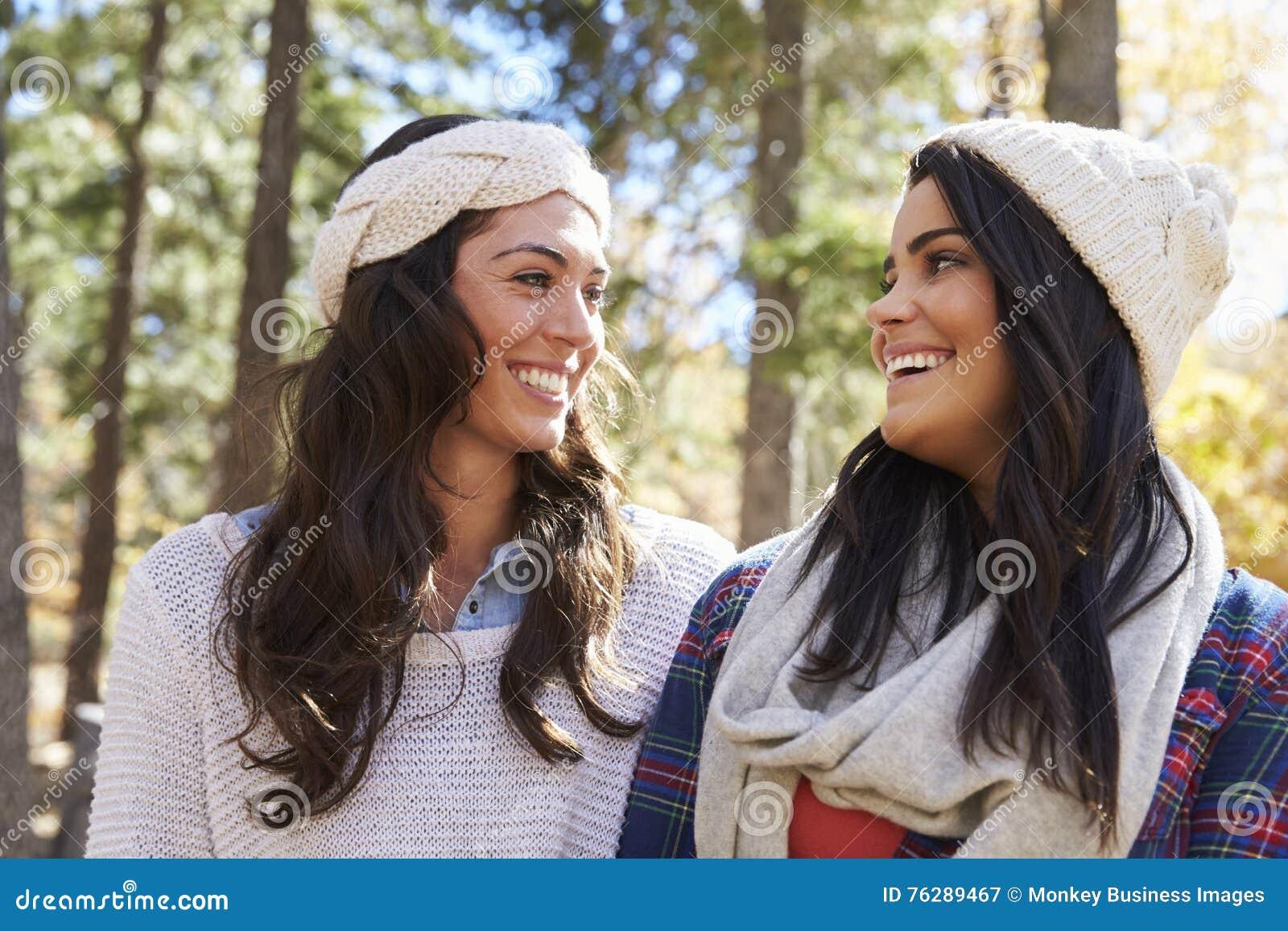 Pares lésbicas em um ajuste rural, olhando se